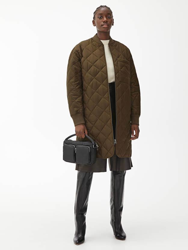 lång höstjacka i brun kulör.