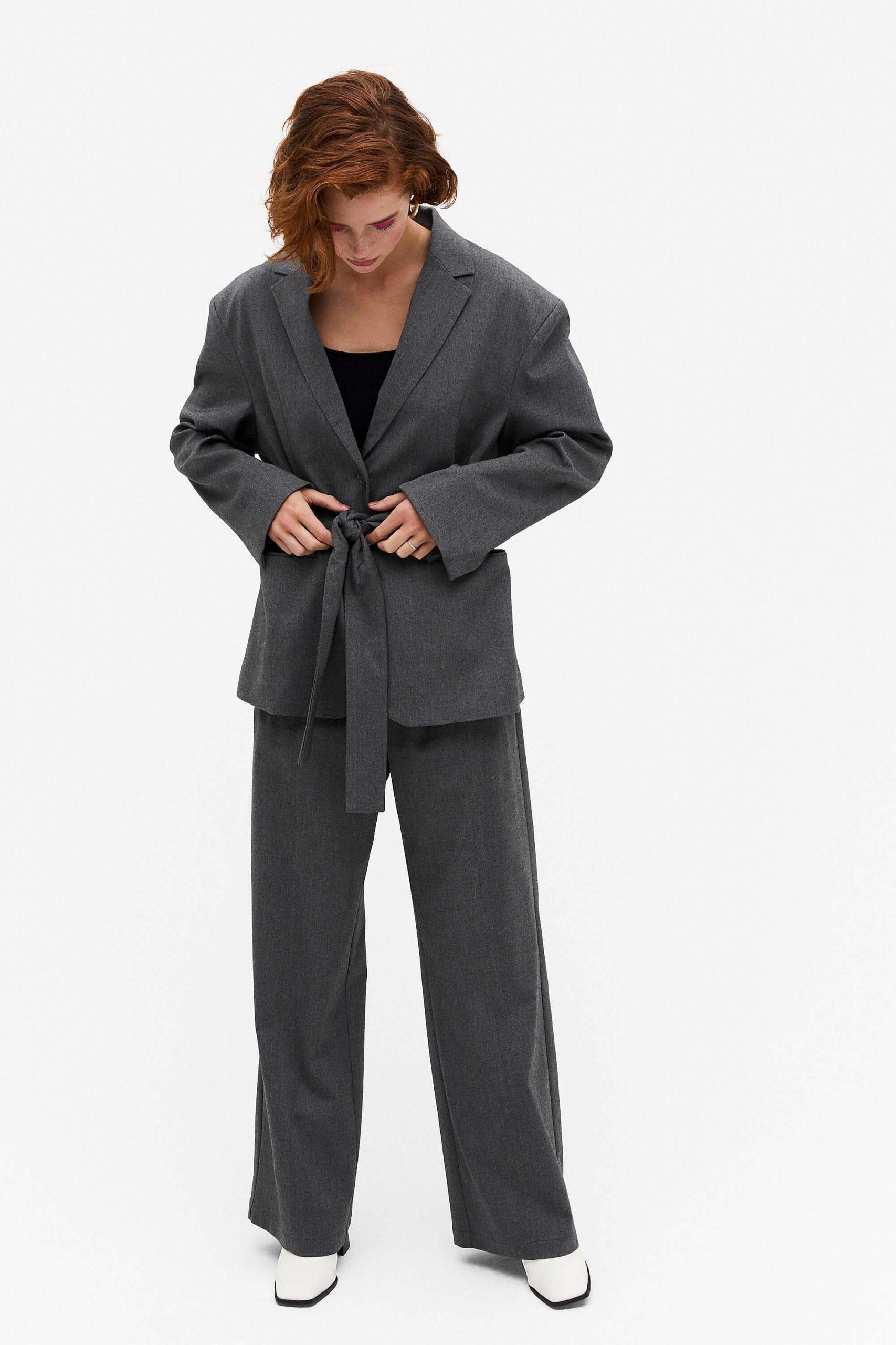 Mörkgrå kostym kvinna