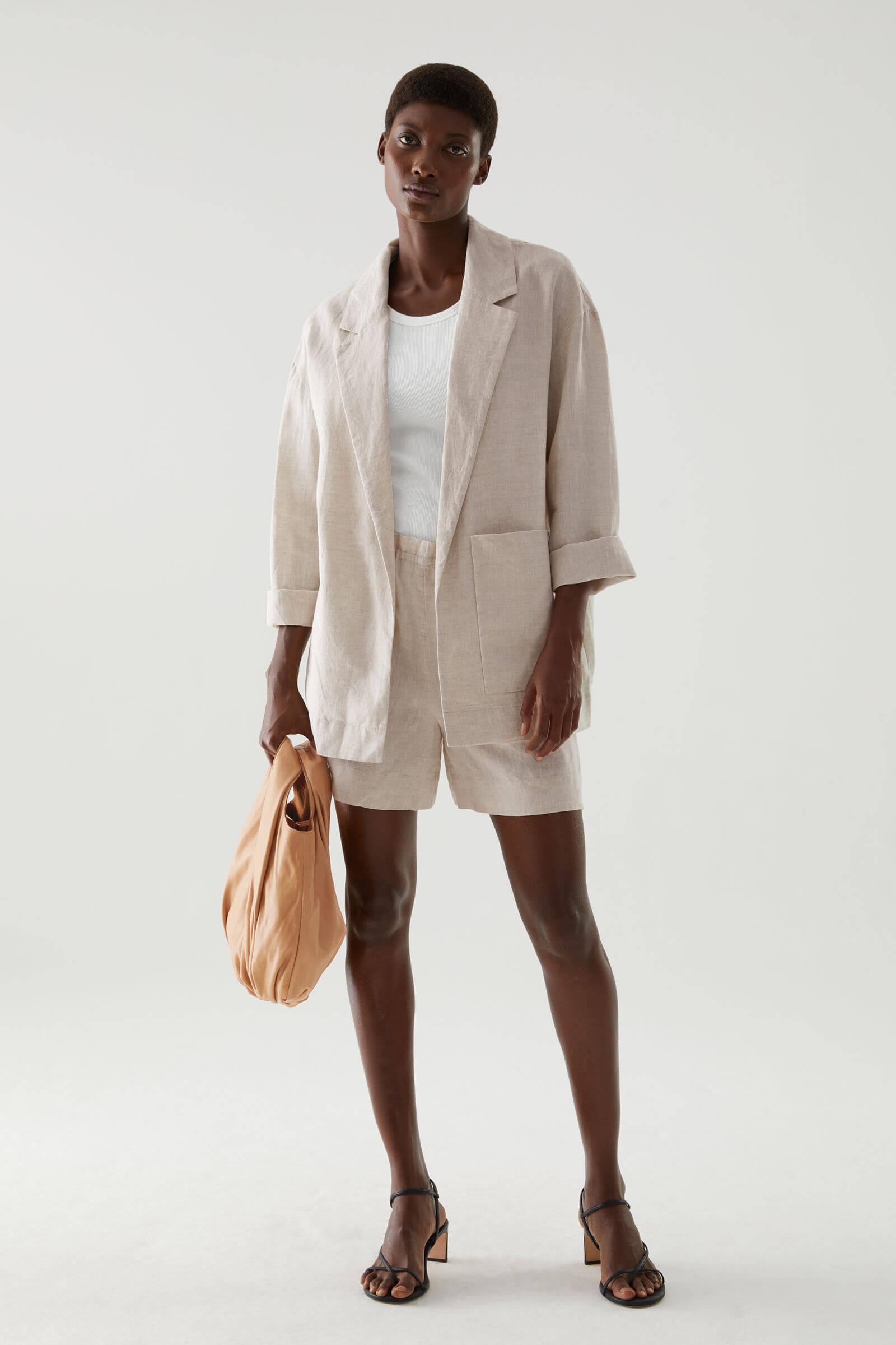 Linnekostym i beiget med shorts