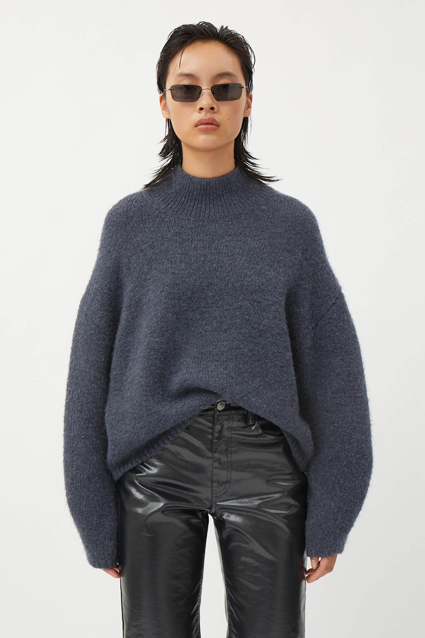 Mörkblå sweater från Weekday.