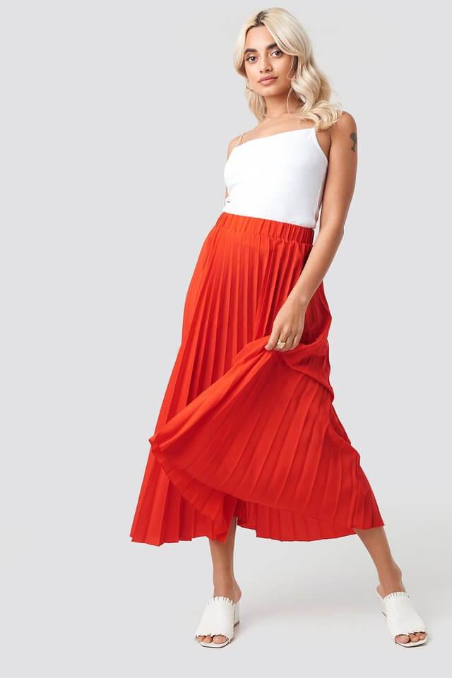 röd plisserad vadlång kjol