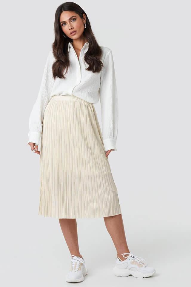 plisserad beige kjol
