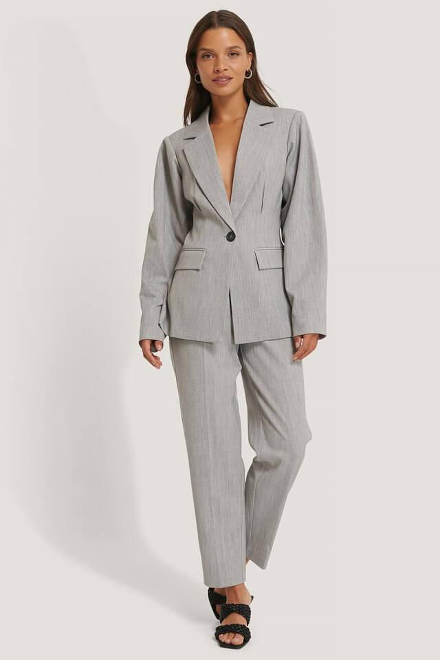 Grå kostym kvinna