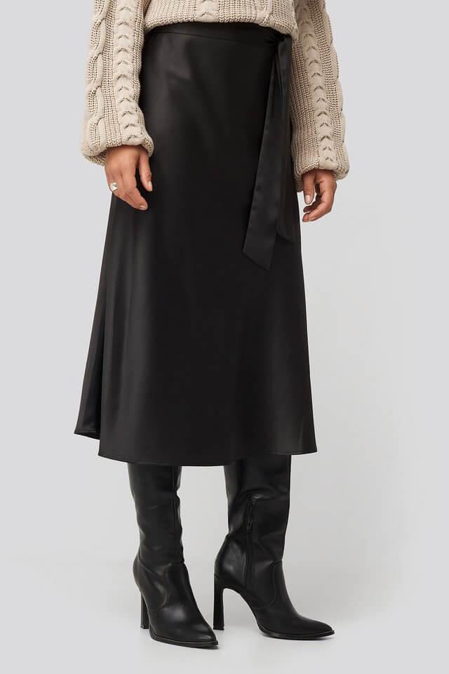 glansig svart kjol