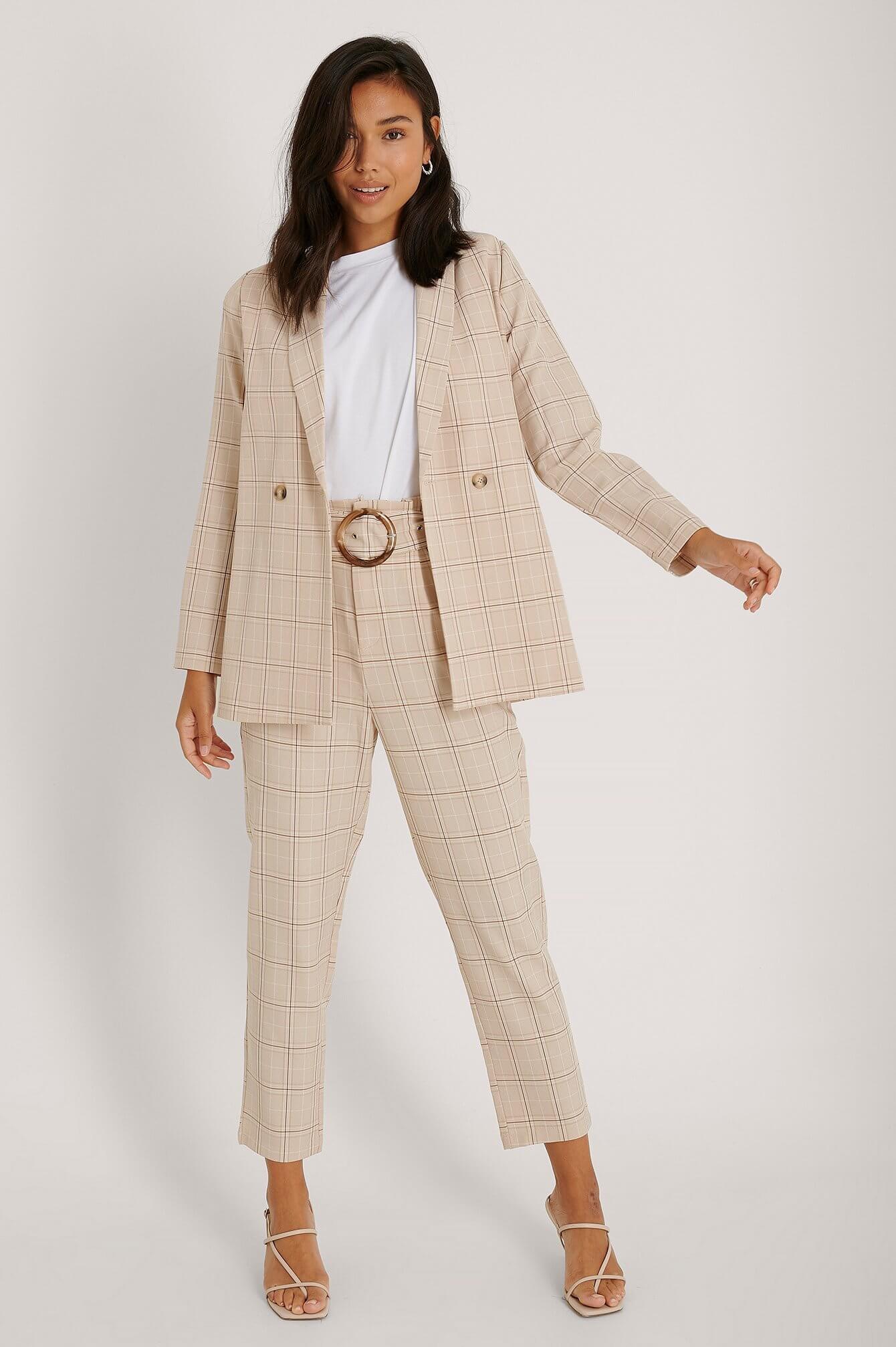Rutig beige kostym kvinna