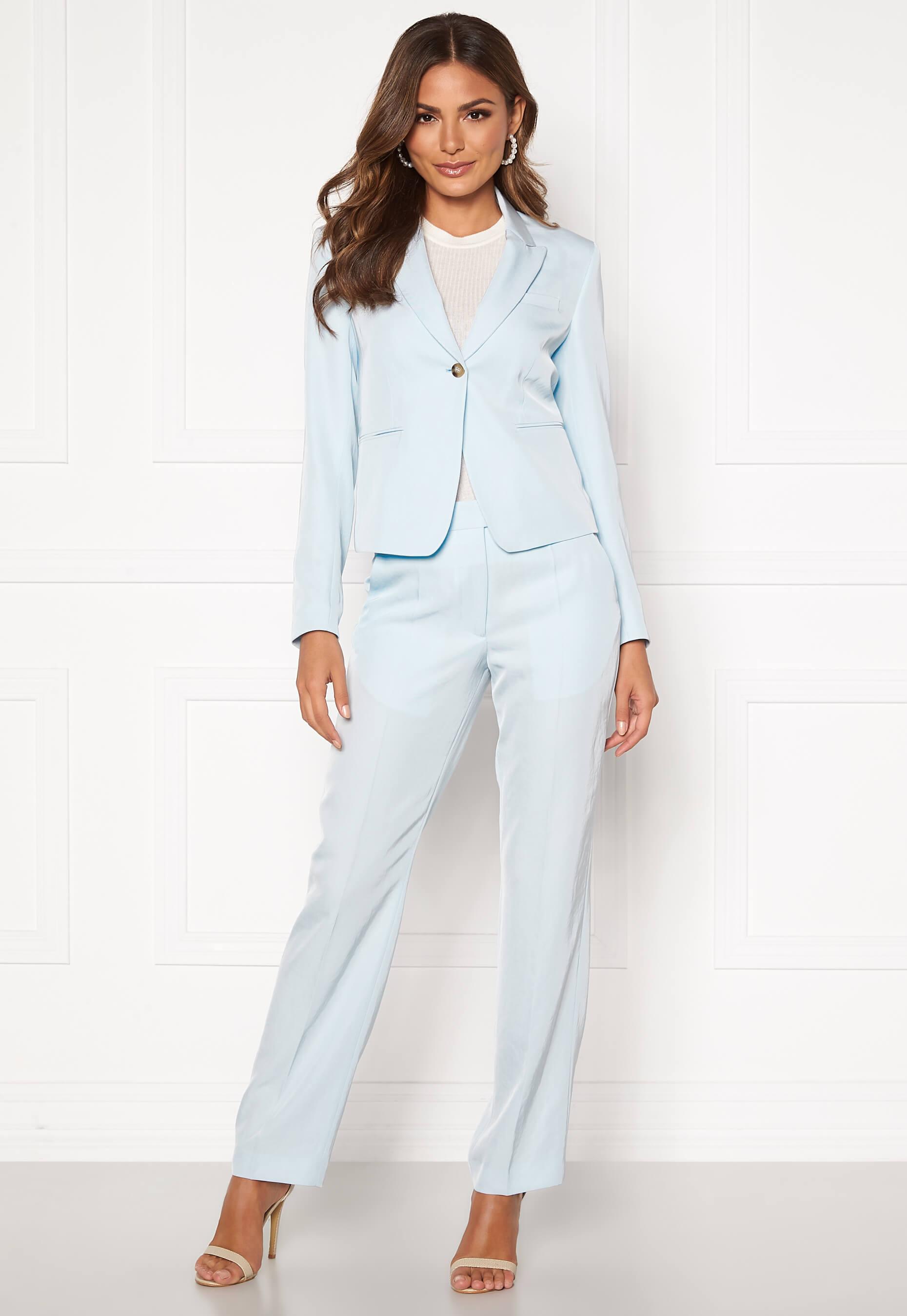 Ljusblå kostym kvinna