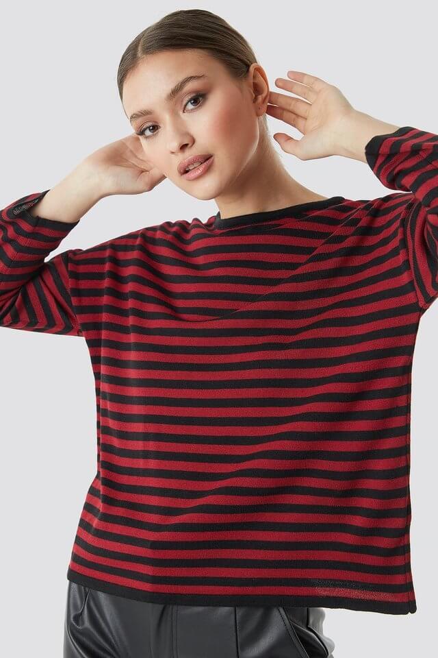 Randig röd och svart tröja