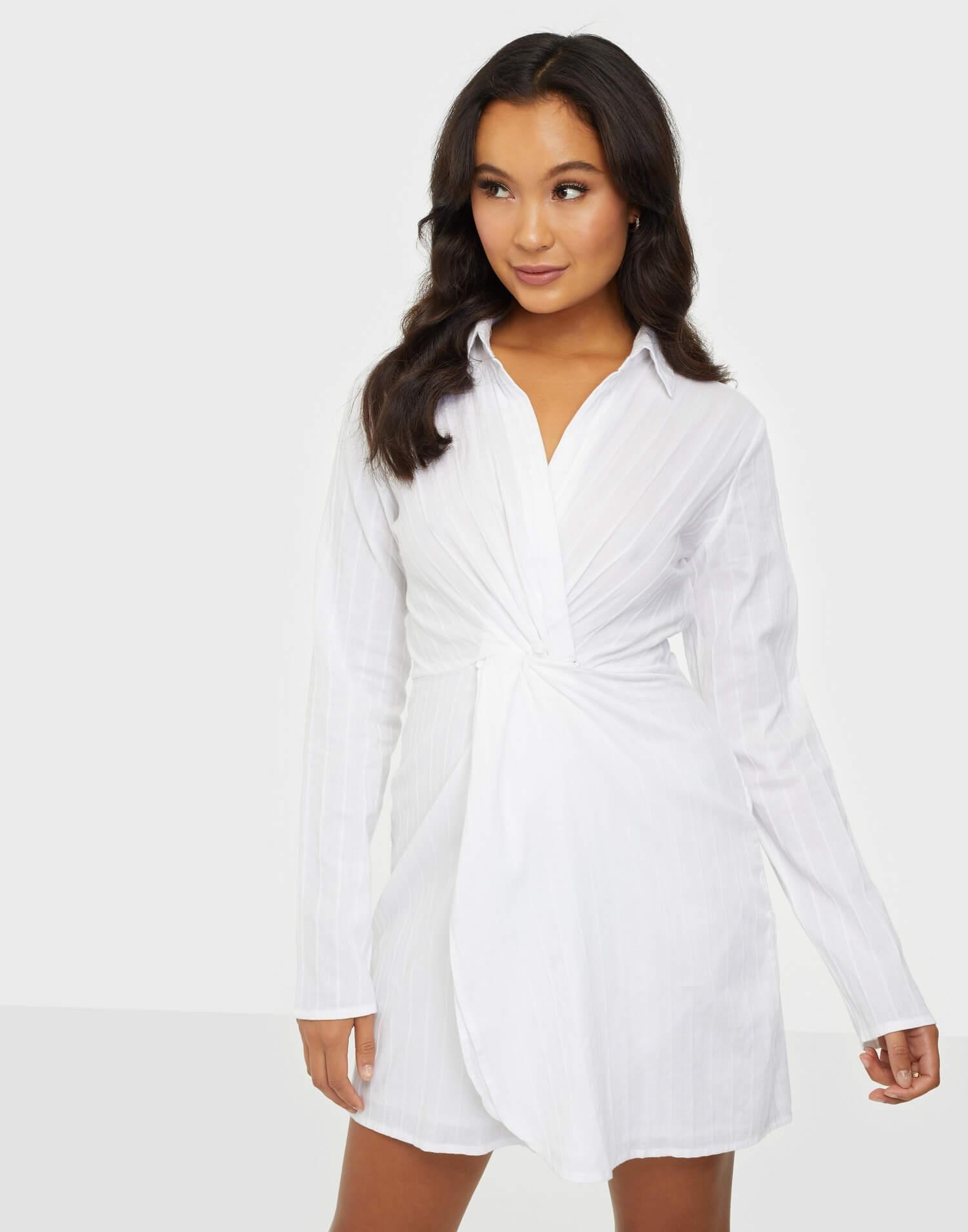 En vit, klänning i lättvävt material från NLY Trend.