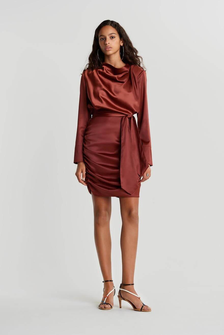 Långärmad röd klänning i silke.