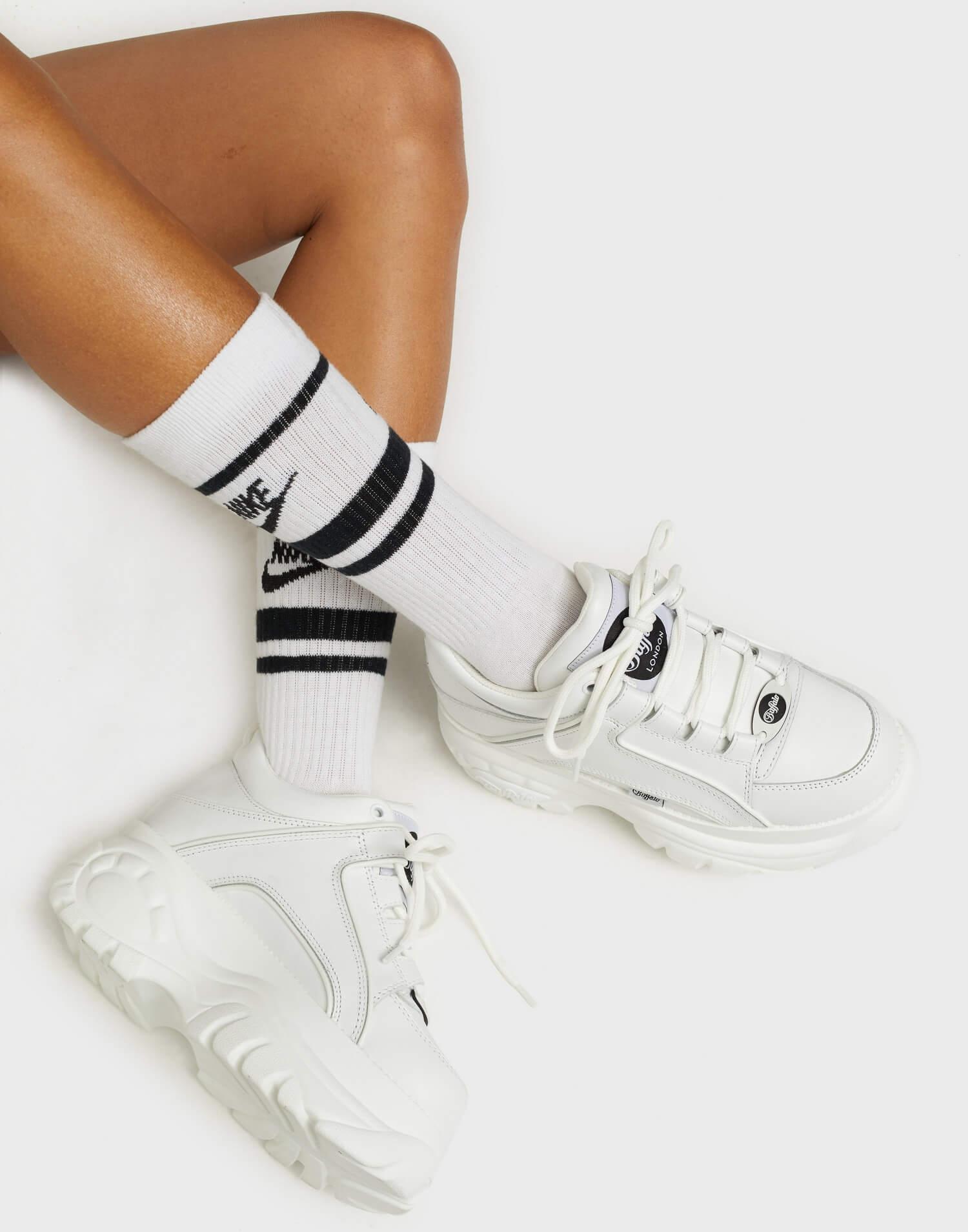 Vita chunky sneakers från Buffalo i äkta läder.
