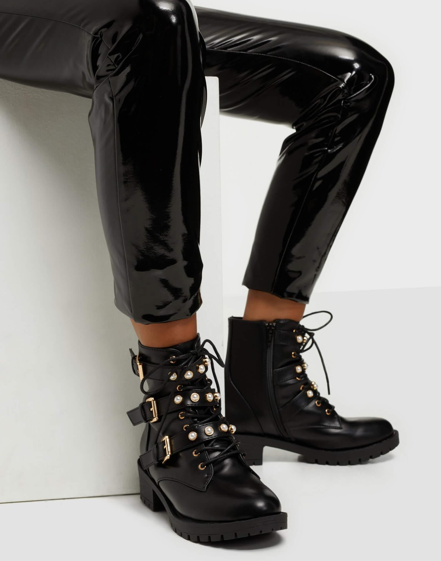 Svarta boots med metalldetaljer, från Bianco.