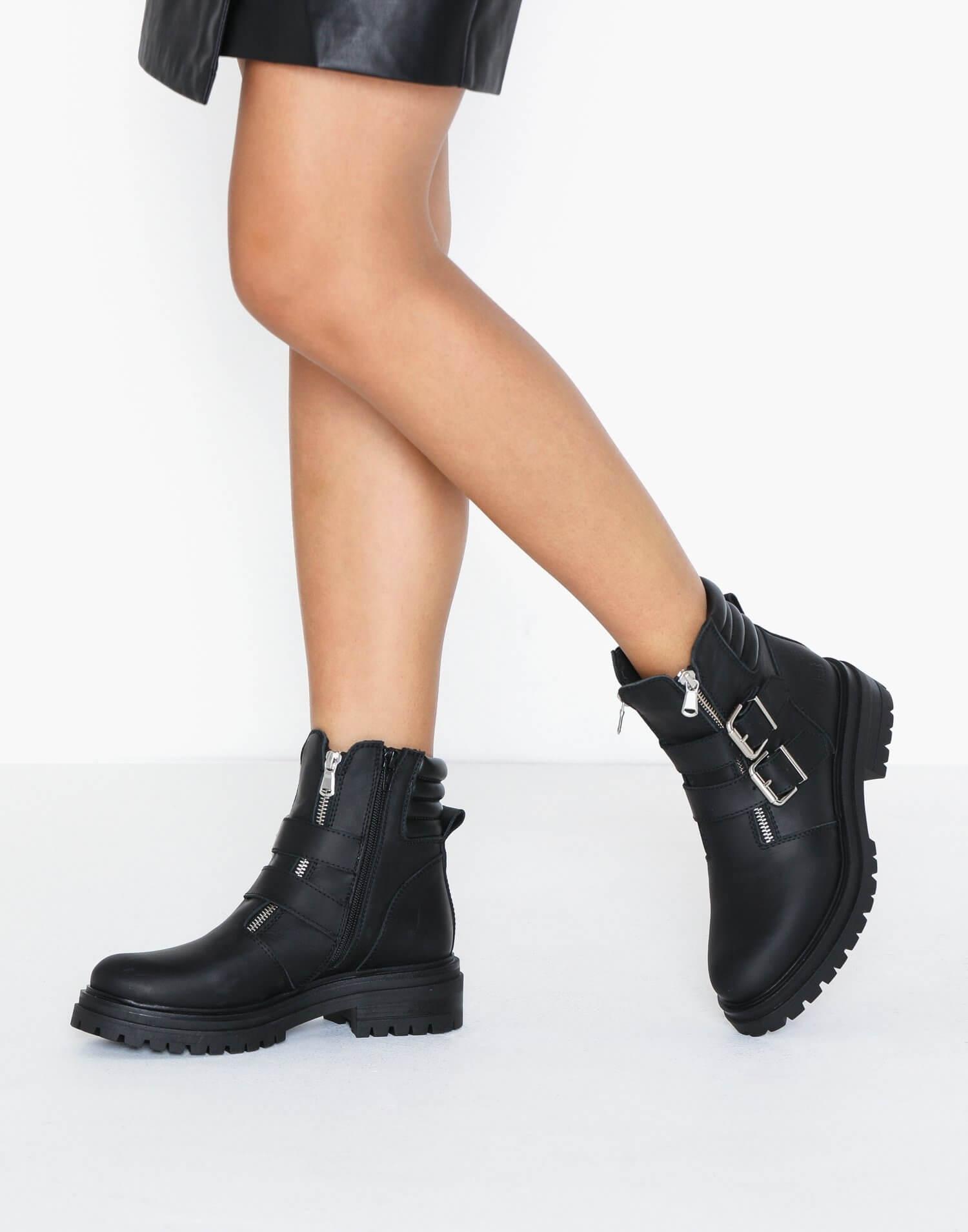 Ett par svarta boots i äkta läder från Johnny Bulls.