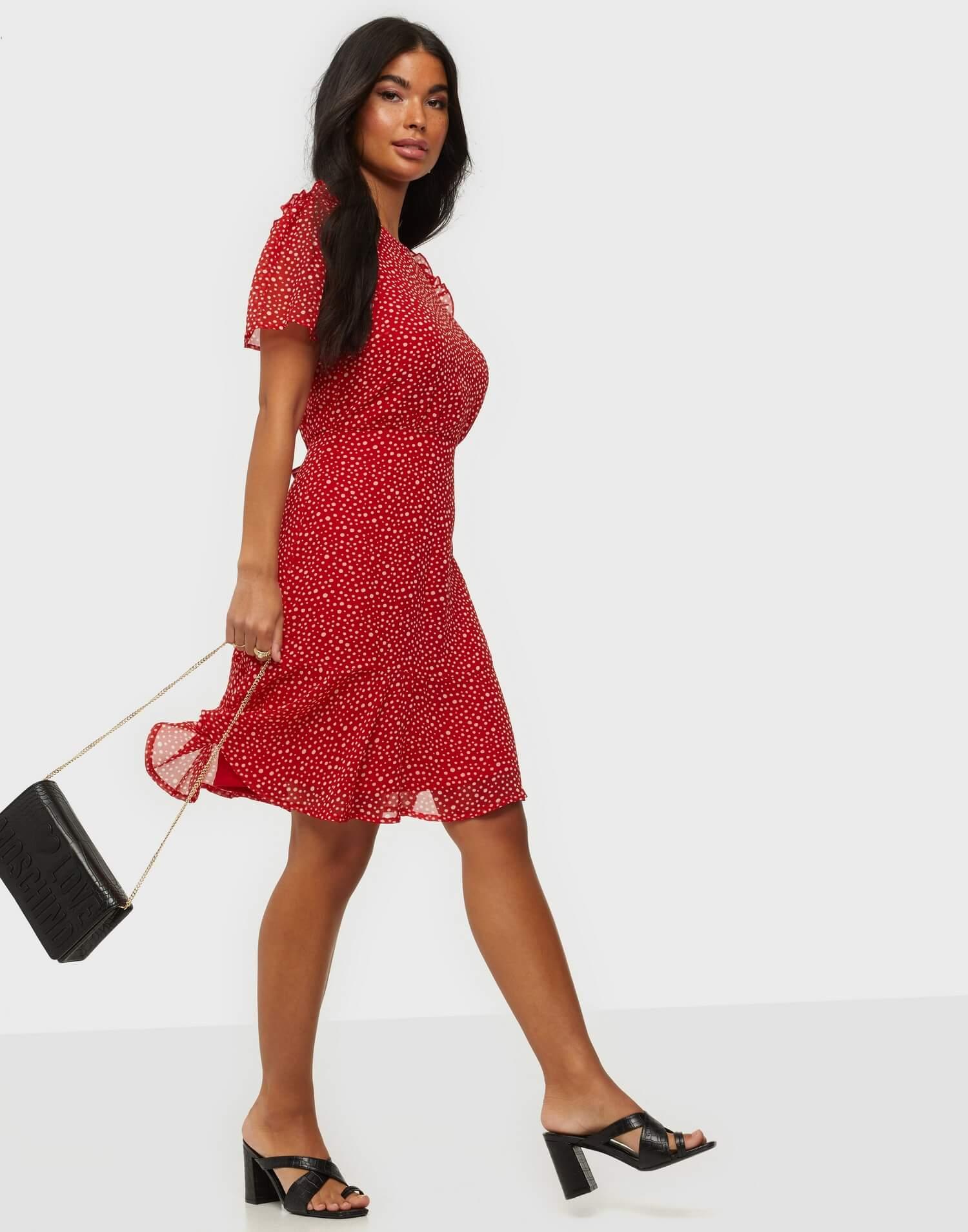 Röd prickig klänning från Vero Moda.