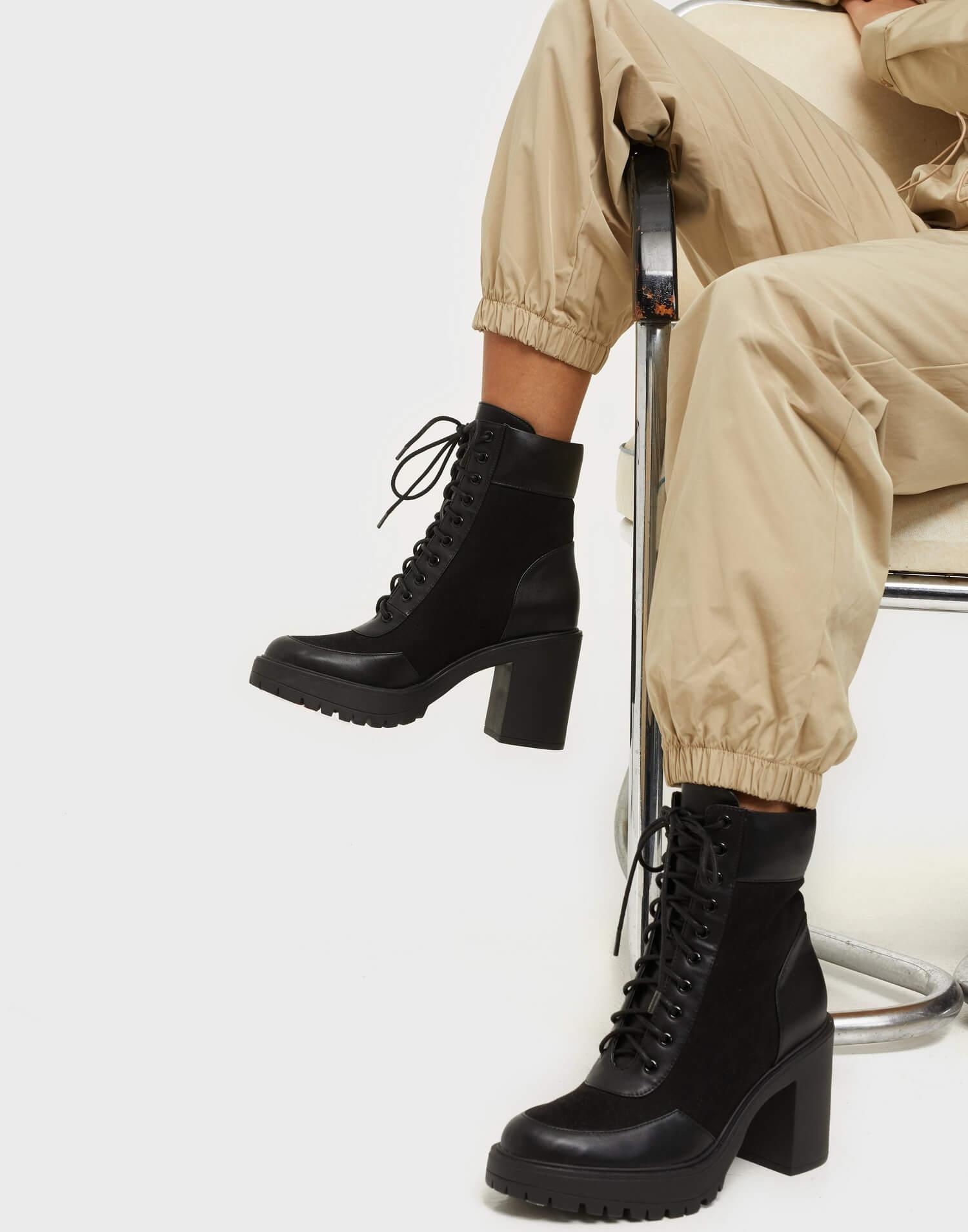 Ett par svarta boots med snörning från NLY Shoes.