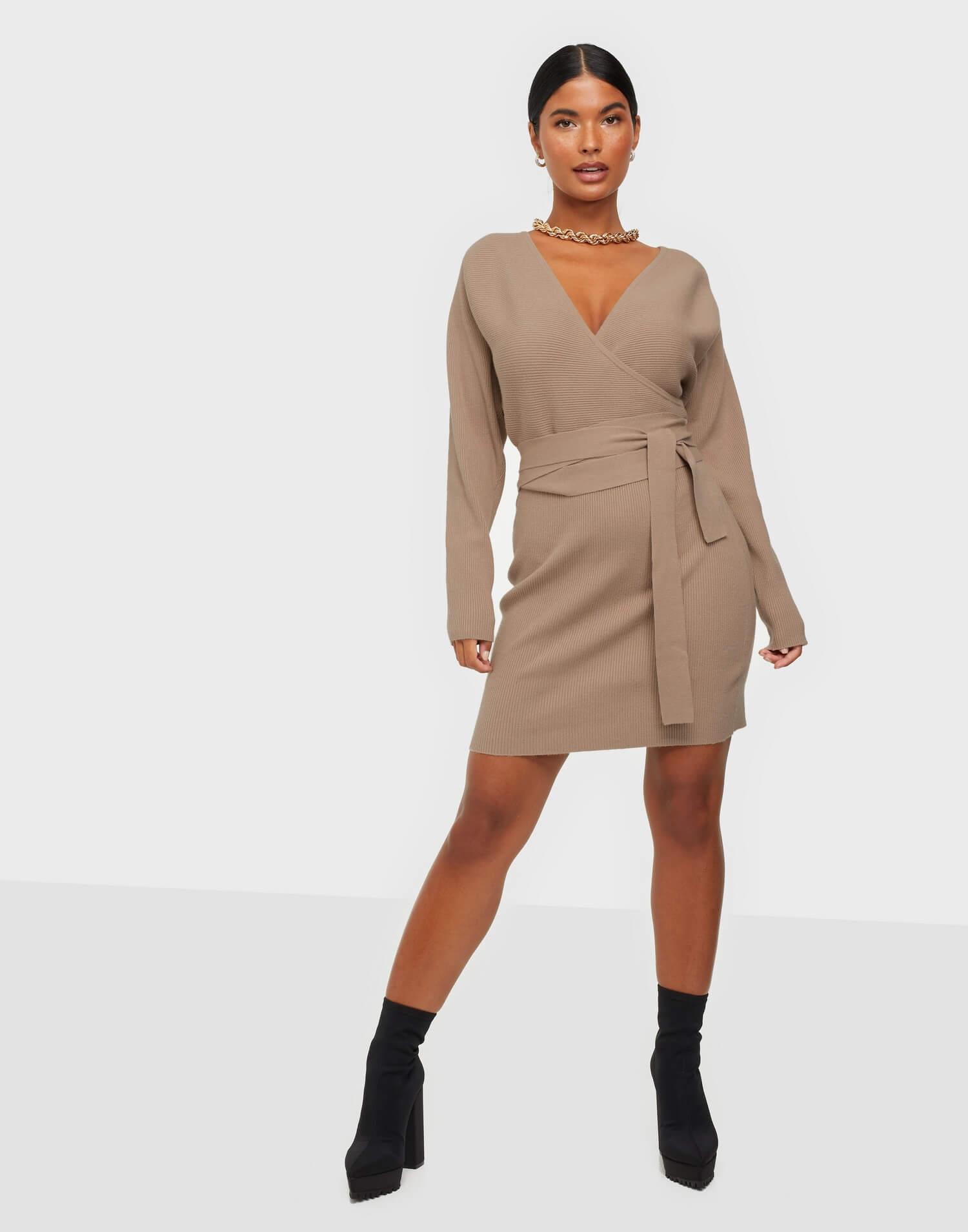 Beige stickad klänning med midjeband från NLY Trend.