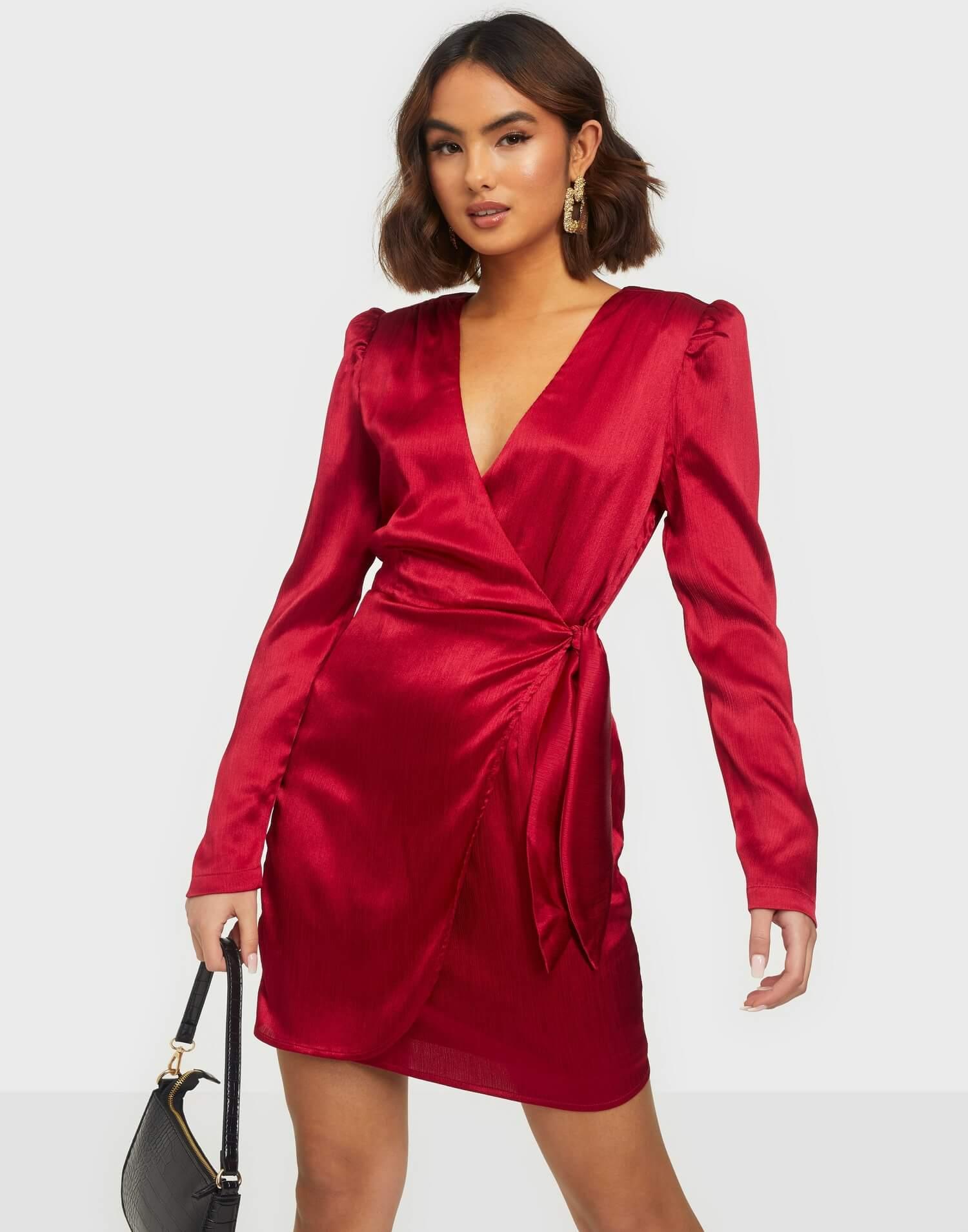 En röd miniklänning i silke.