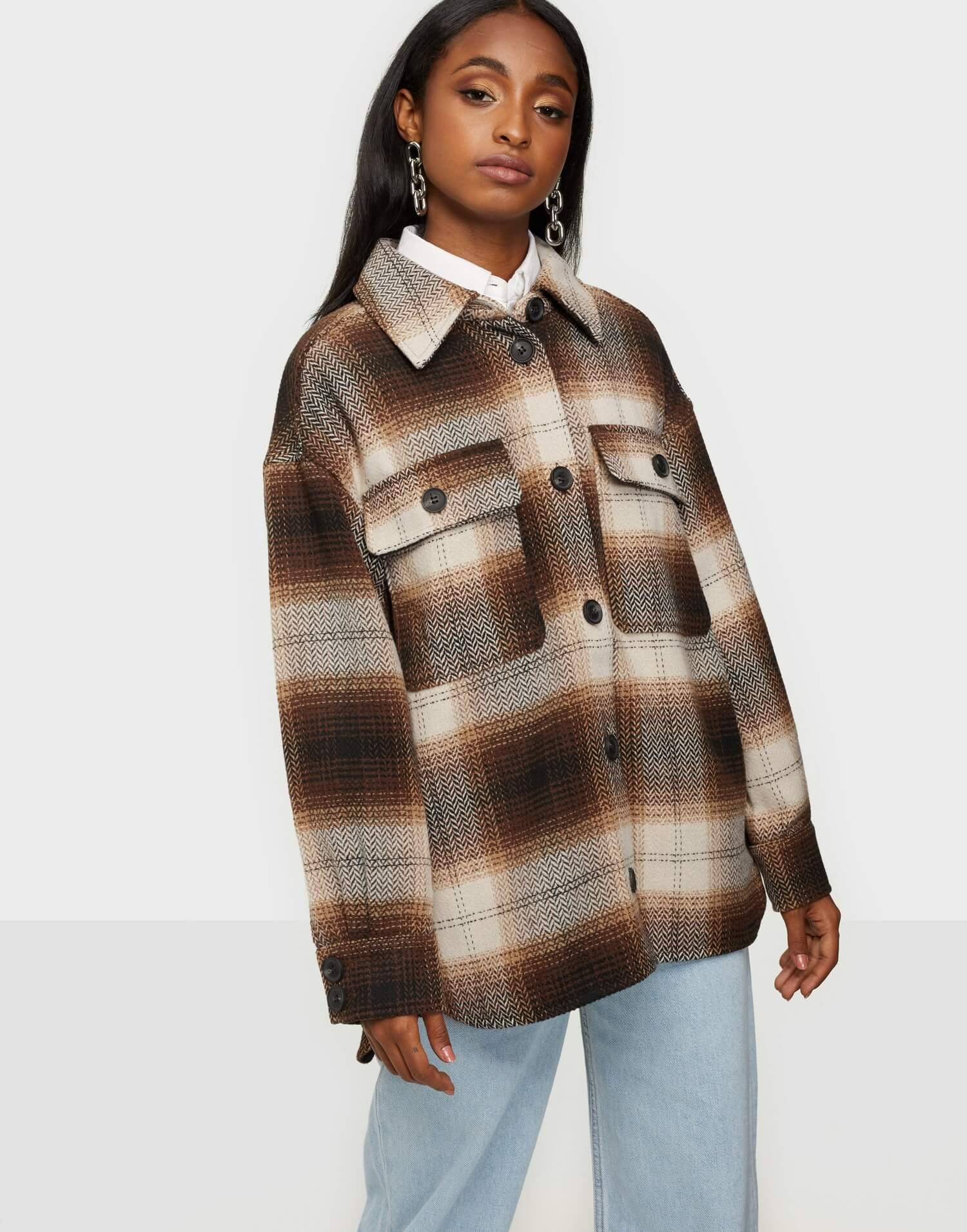 Rutiga jacka i bruna färger