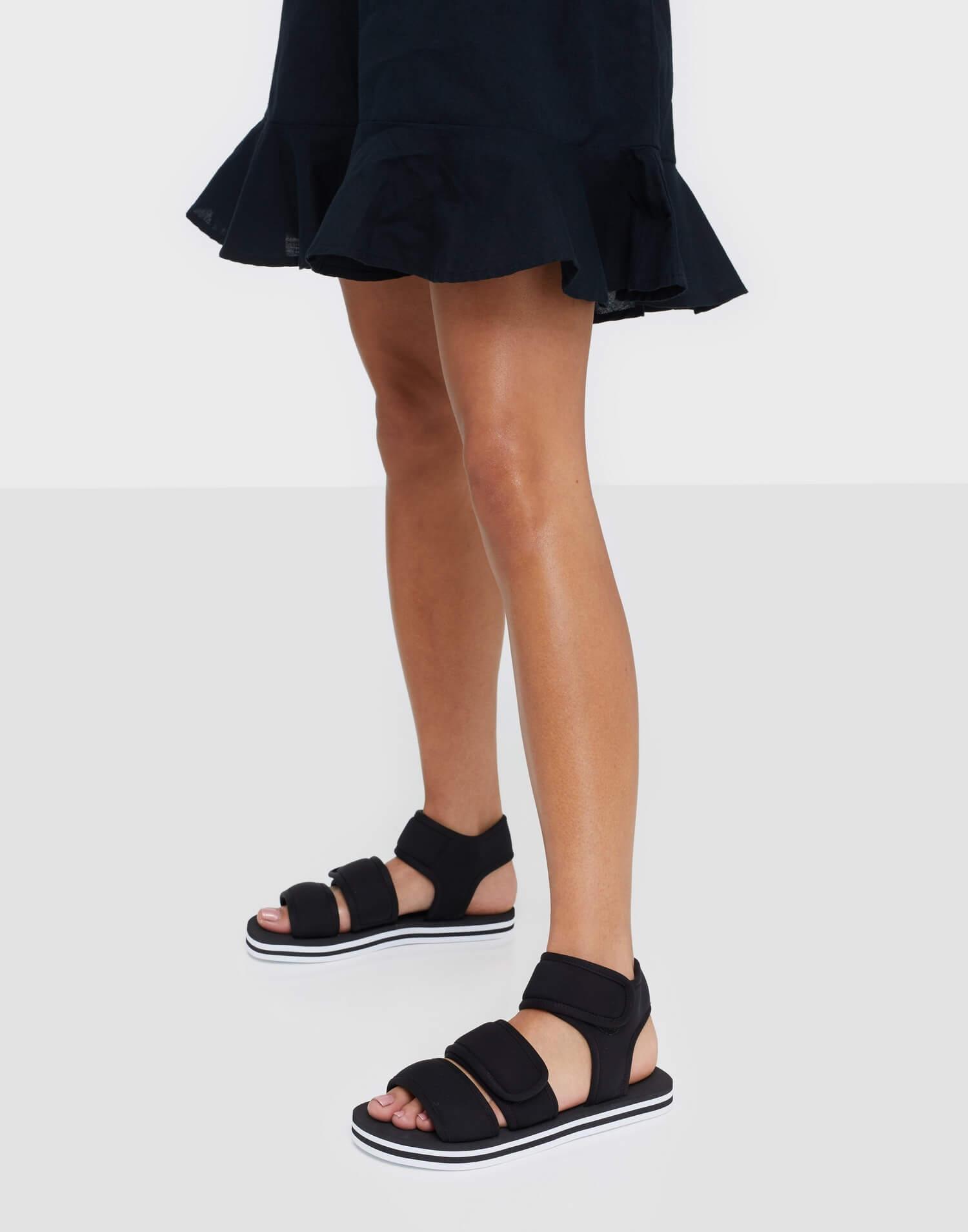 Svarta sandaler från Jeffrey Campbell.