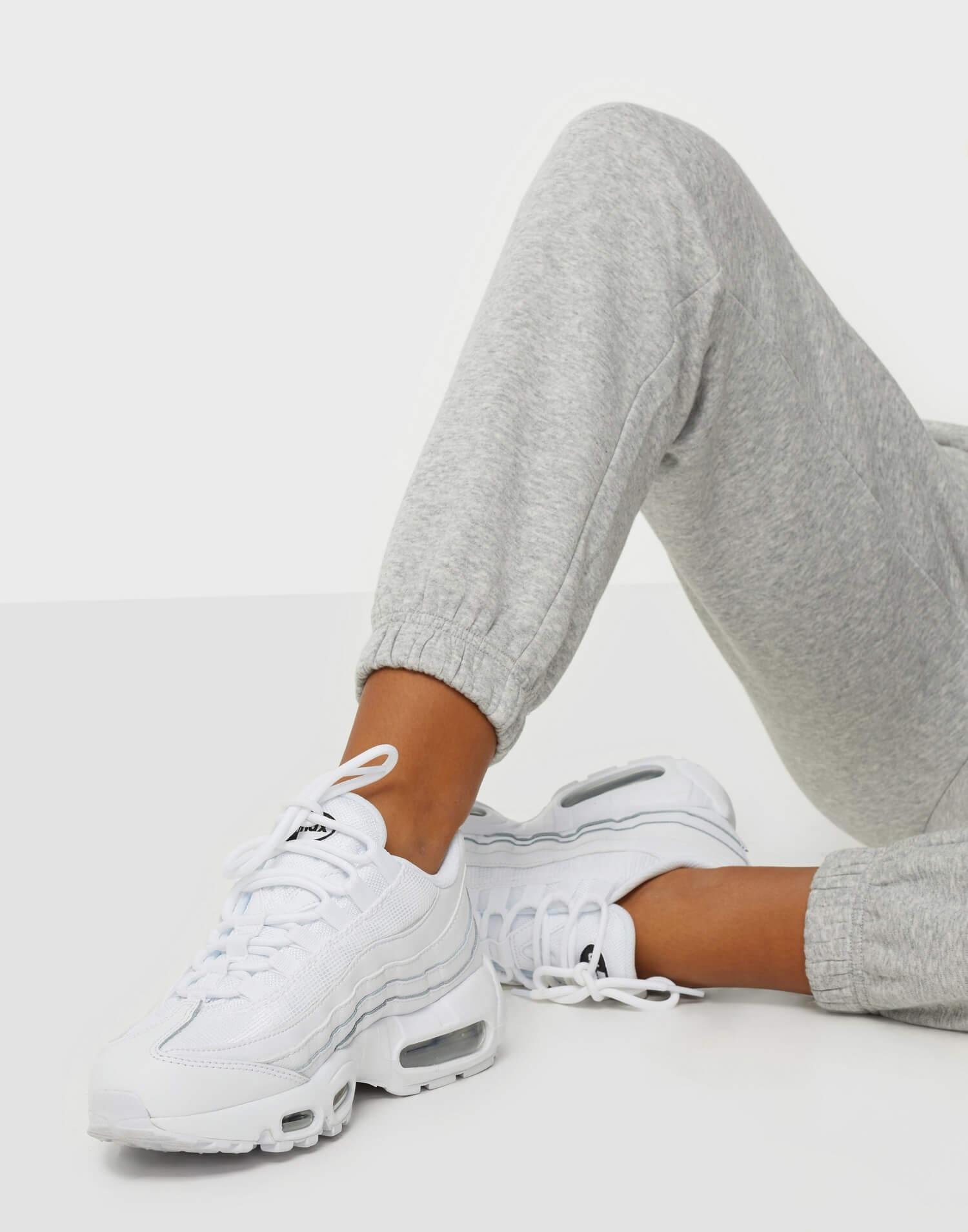 Ett par vita sneakers från Nike i modellen Air Max 95.