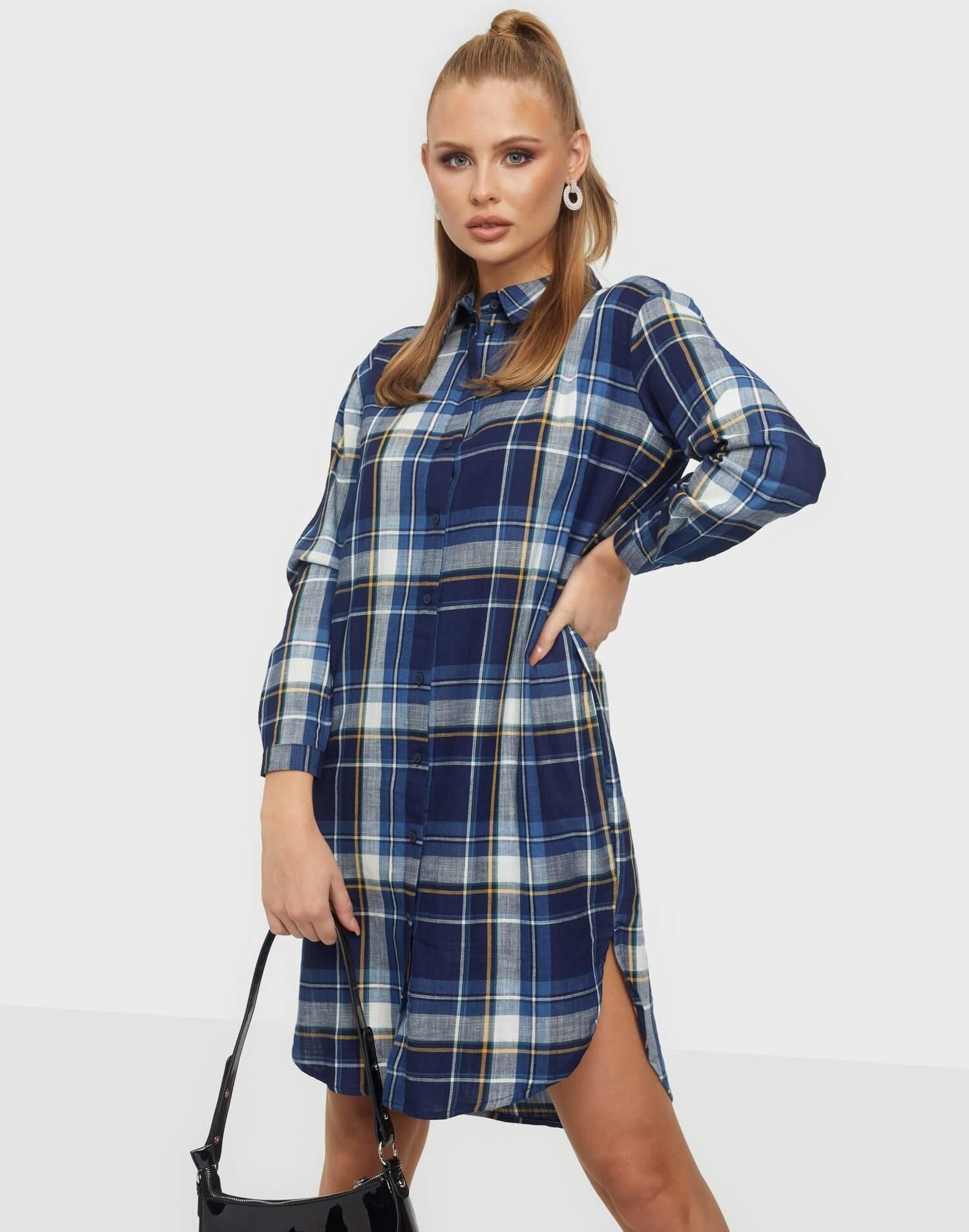 En blårutig skjortklänning från Jaqueline de Yong.