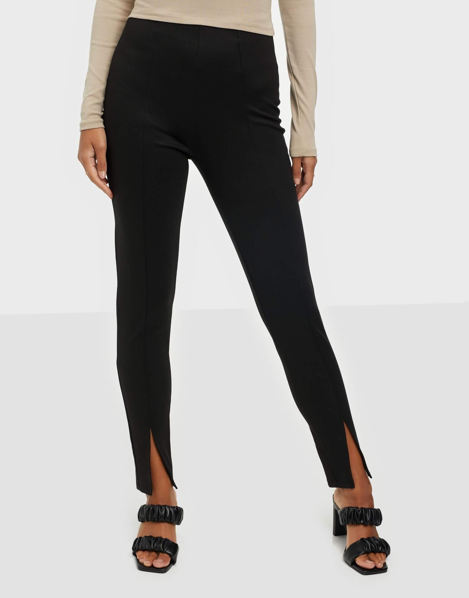Ett par svarta leggings i high waist med slits i bensluten, från Noisy May.