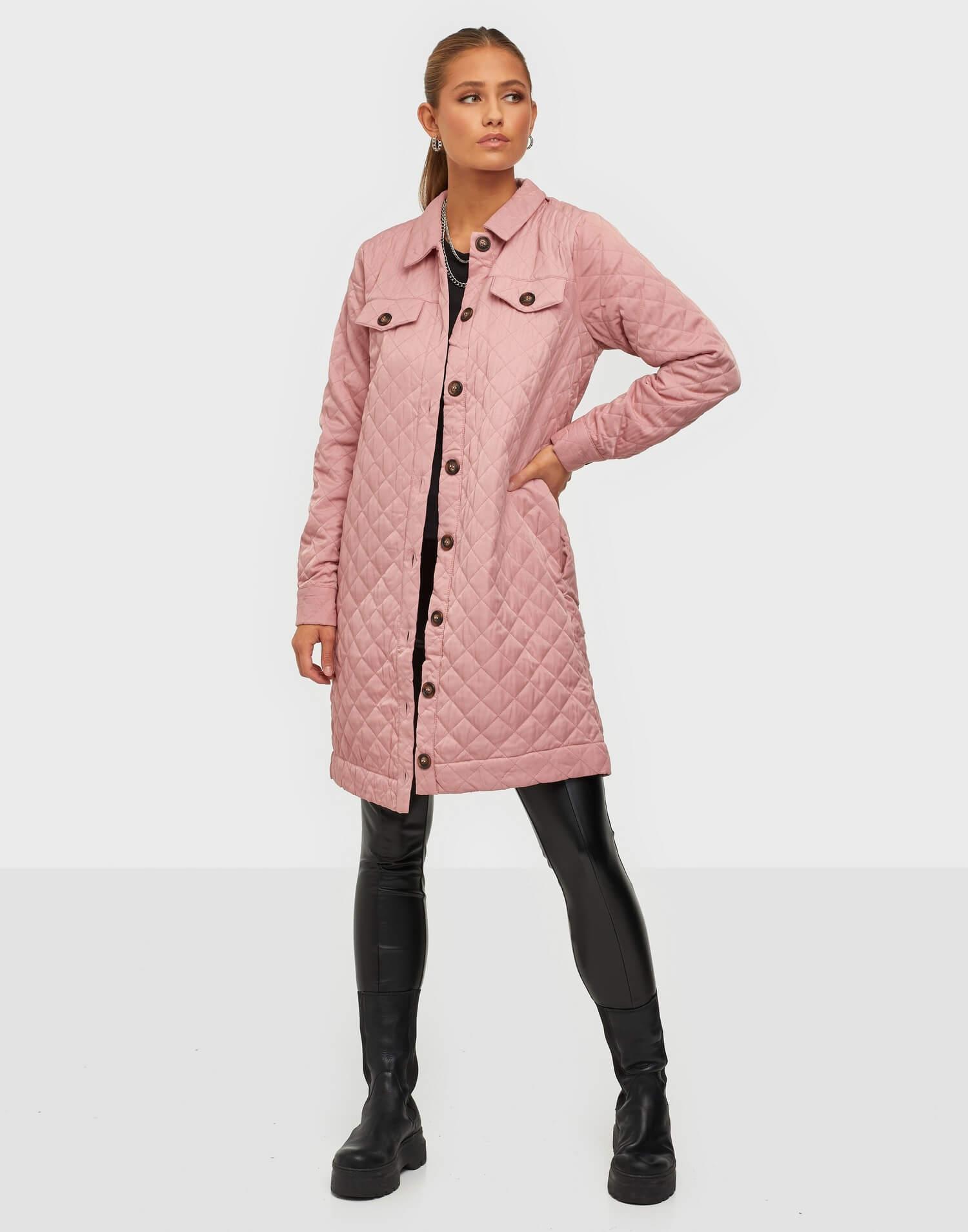 lång quiltad rosa jacka