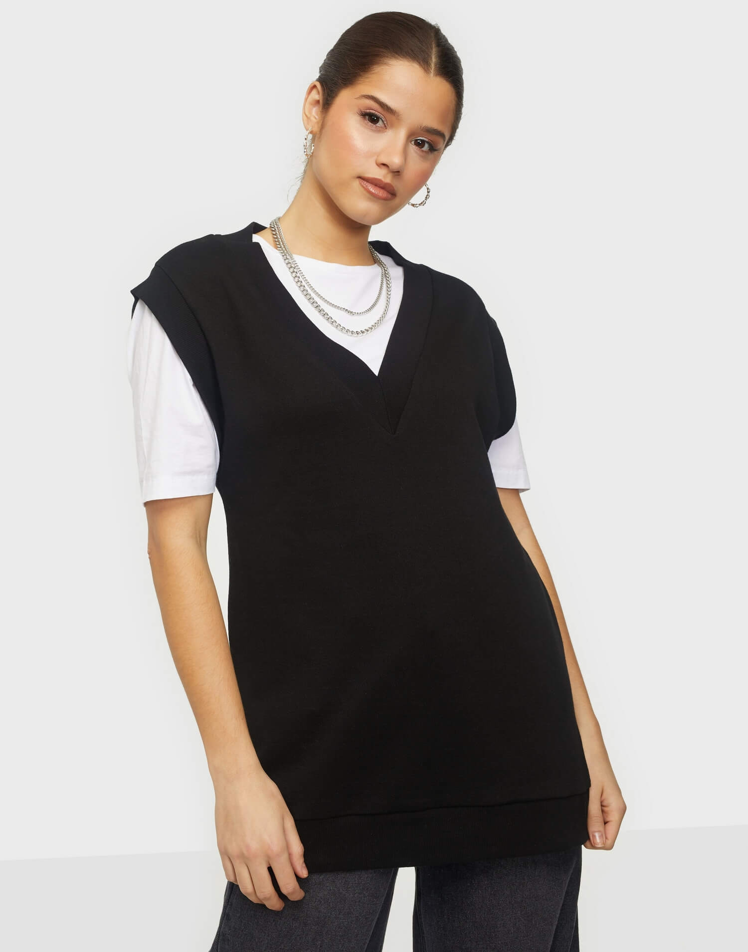 En svart stickad väst från NLY Trend.