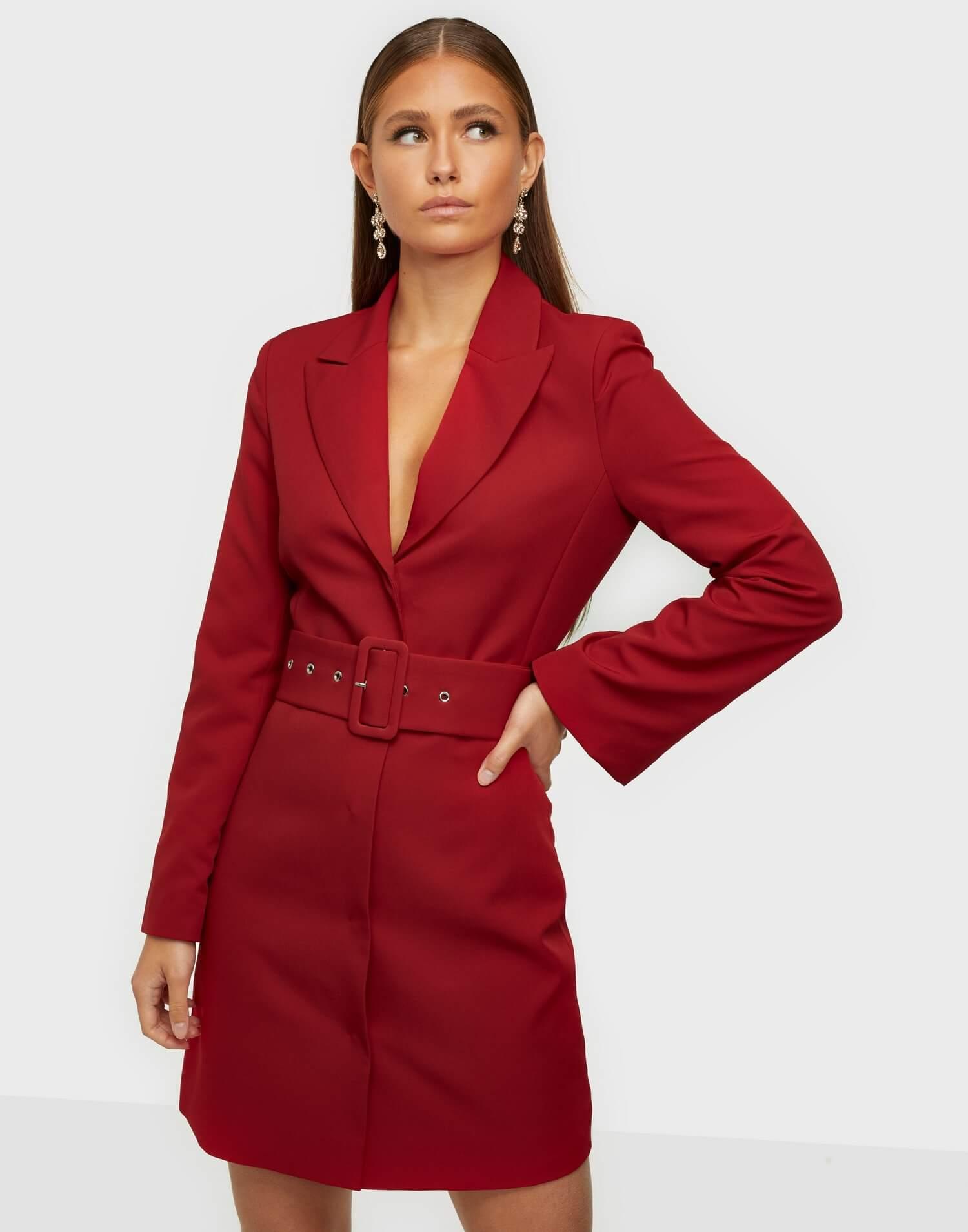 En röd klänning i kostymmodell.