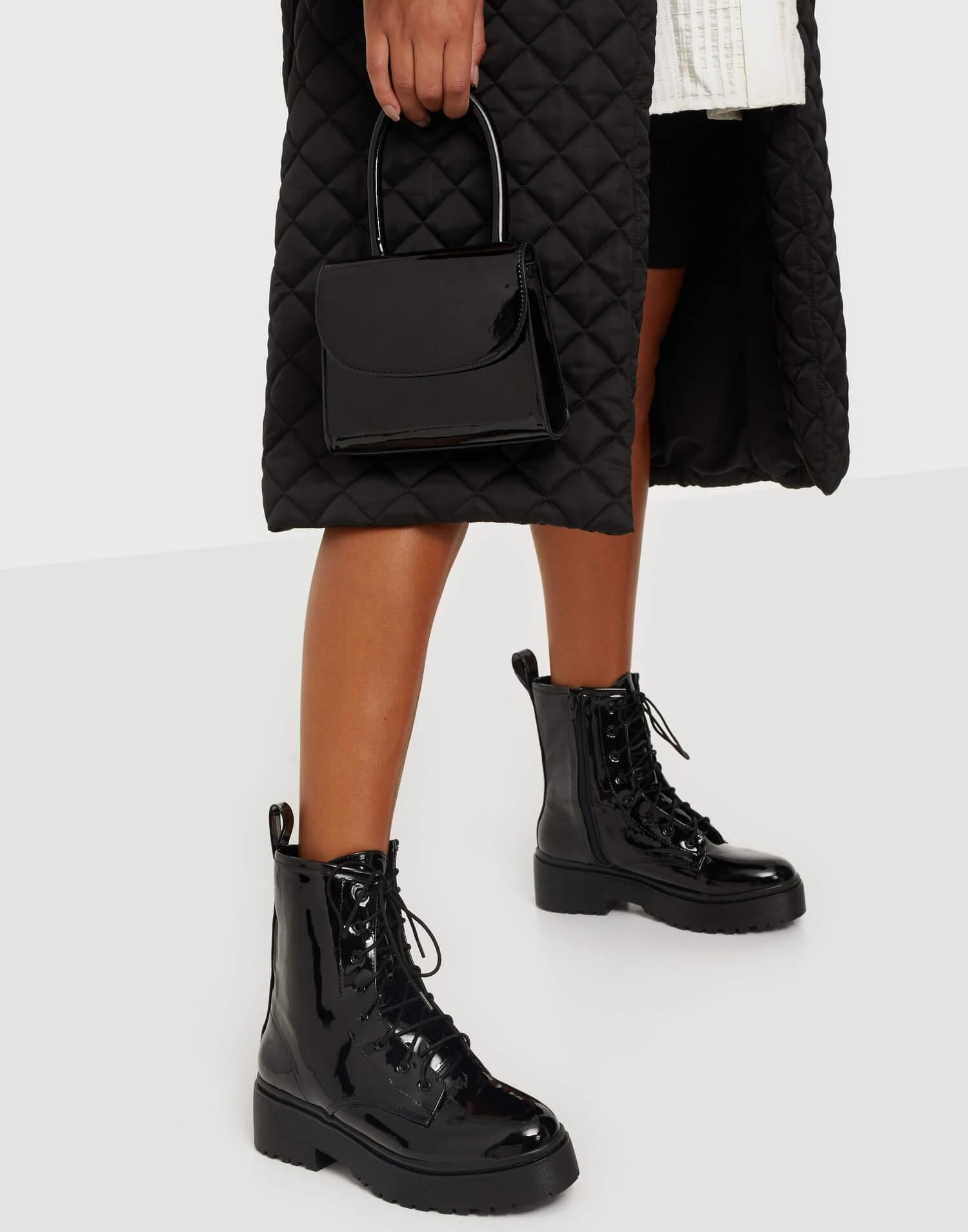 Svarta boots i läderimitation från NLY Shoes.