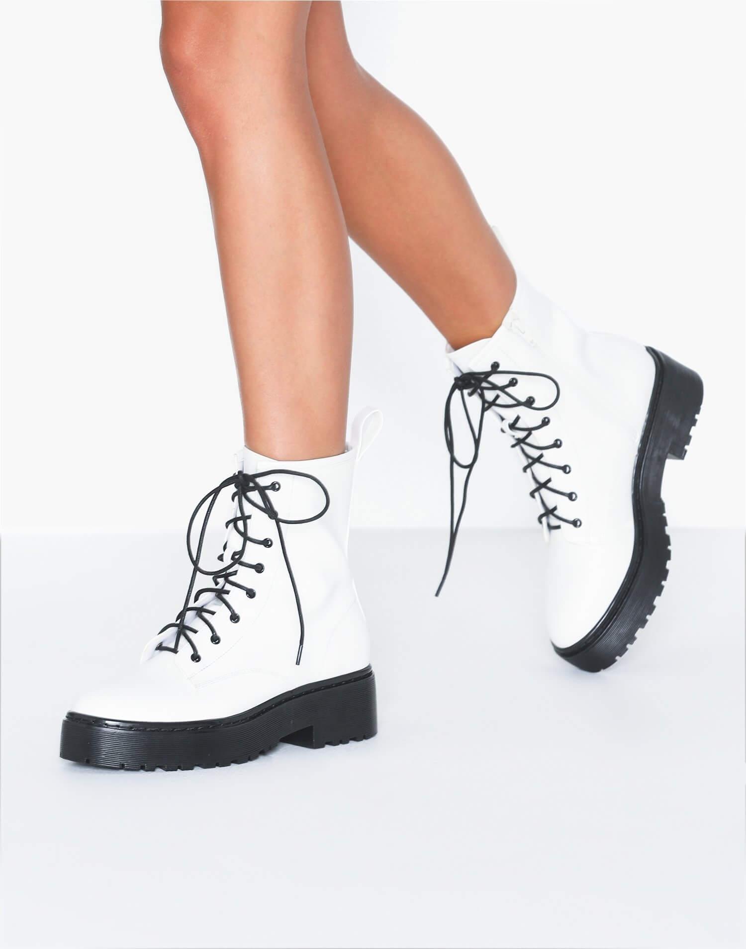 Vita boots i läderimitation från NLY Shoes.
