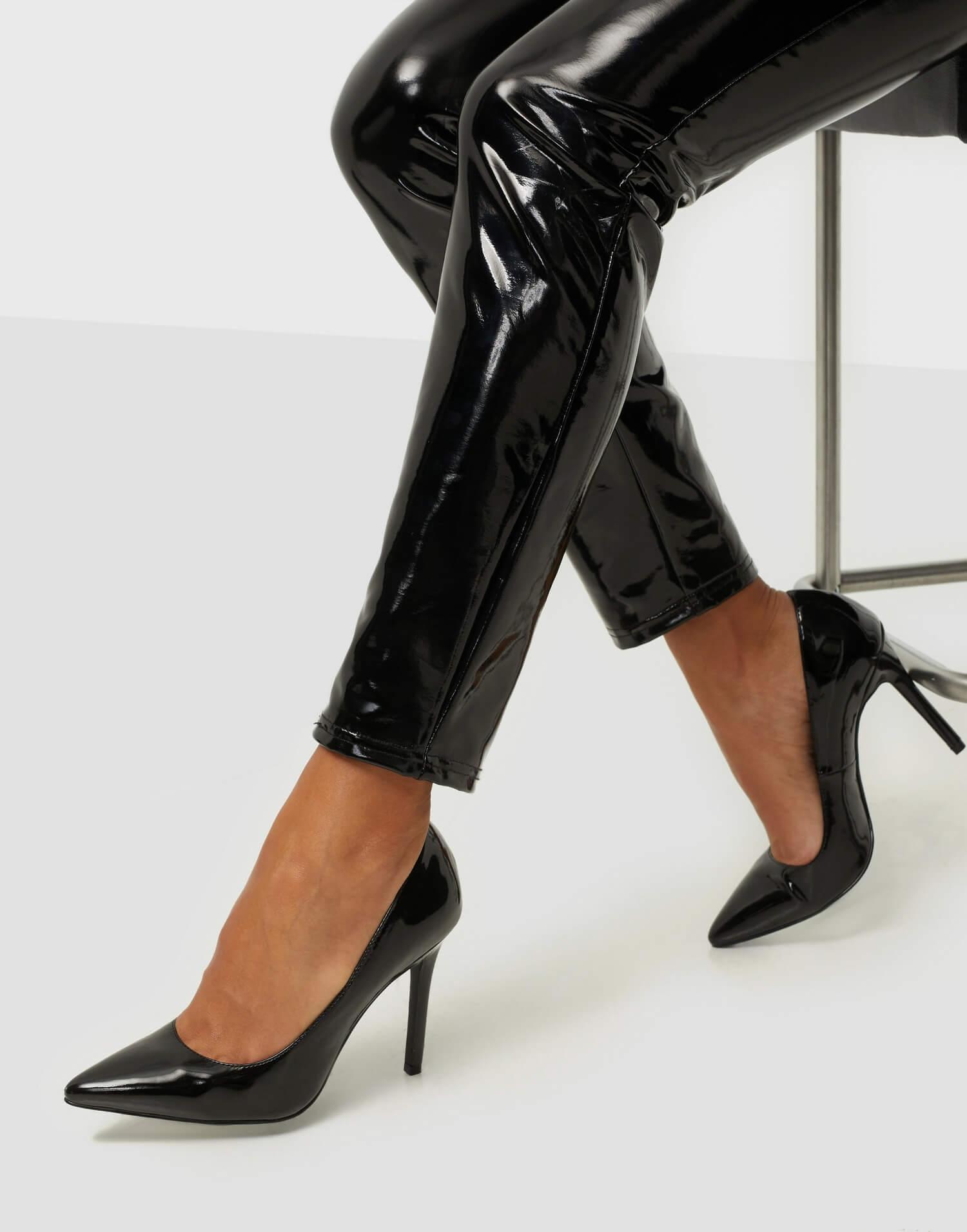Svarta pumps i läderimitation från NLY Shoes.