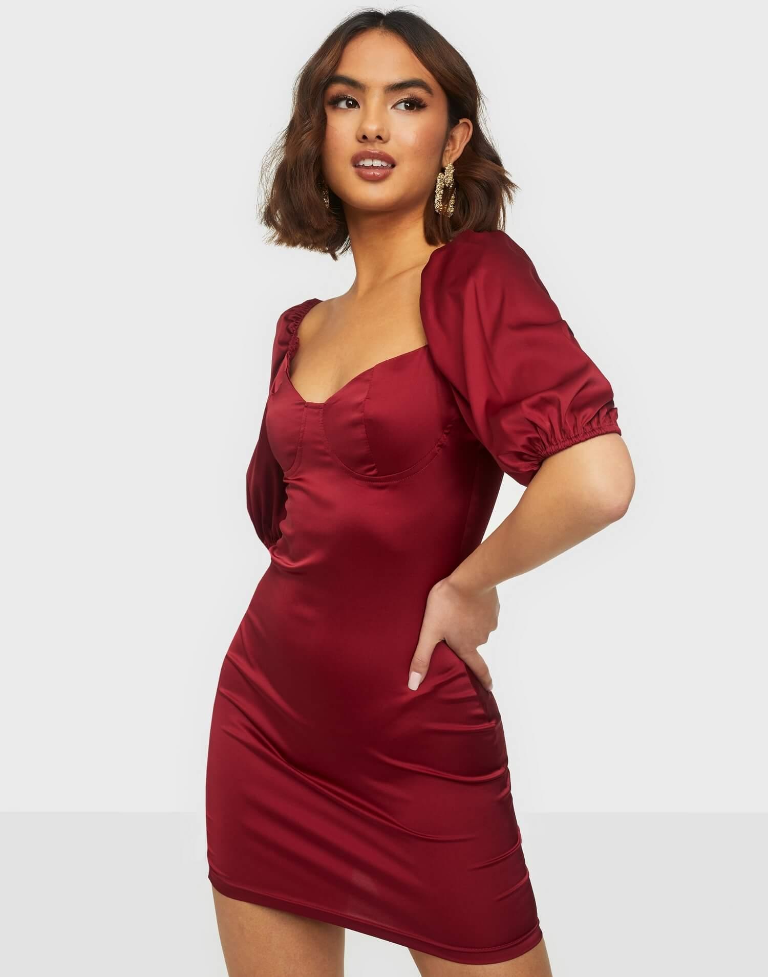 Vinröd figurnära miniklänning i silke med puffärmar.