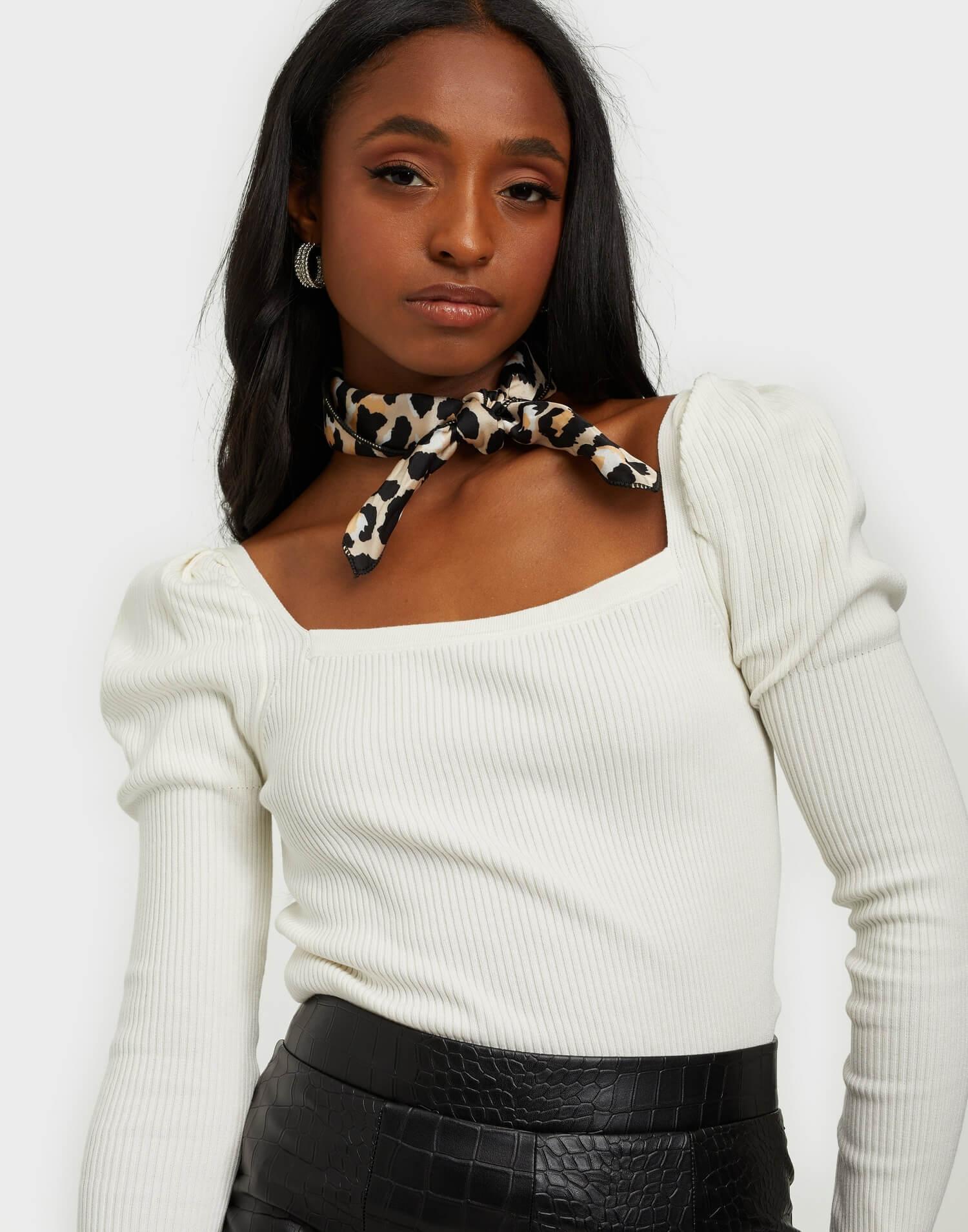 En vit tröja med fyrkantig ringning från Neo Noir.