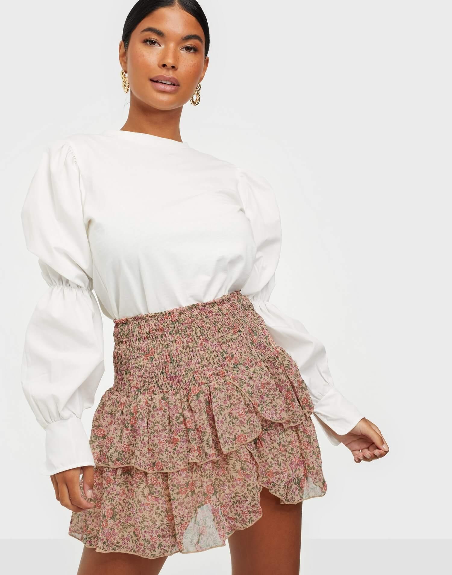 En kort, blommig kjol från Neo Noir.