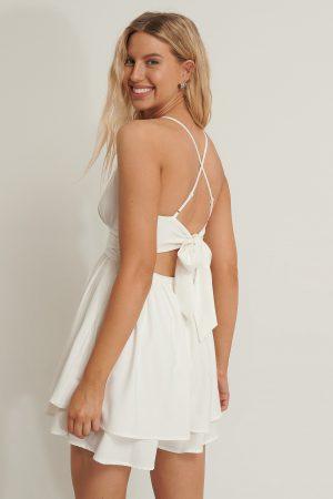 Anika Teller x NA-KD Miniklänning Med Knytning Bak - White