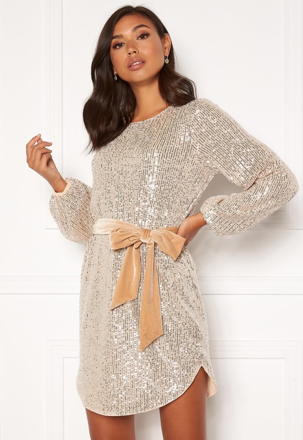 Paljettklänning med knytband i midjan.