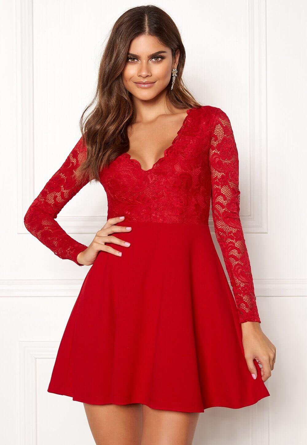 En kort röd klänning med spetsklädd överdel.