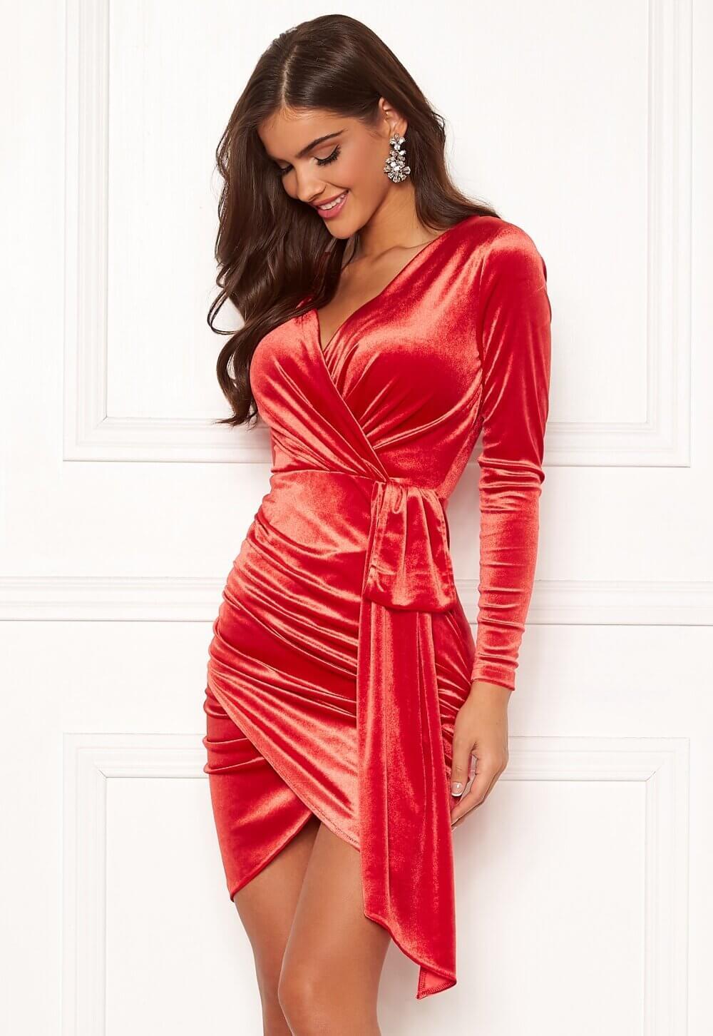 Röd partyklänning i sammet.