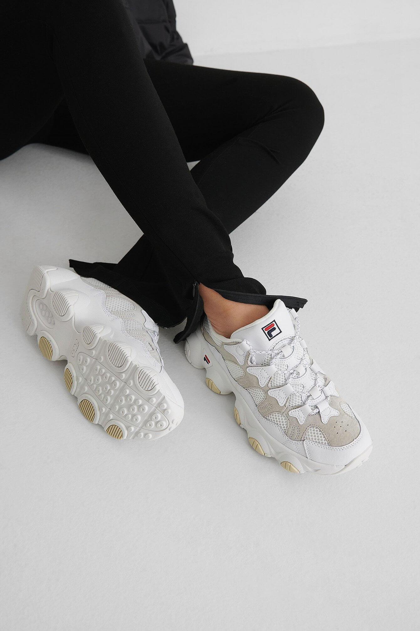 Trendiga, vita sneakers från Fila.