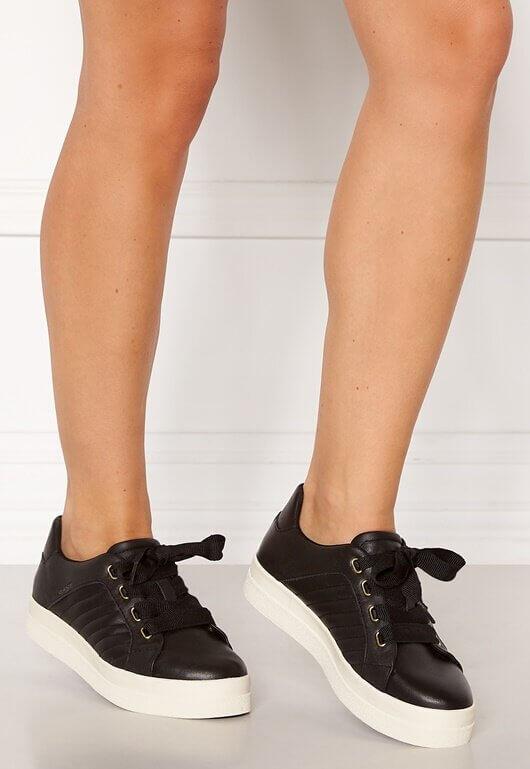 Ett par svarta sneakers i läder från GANT.