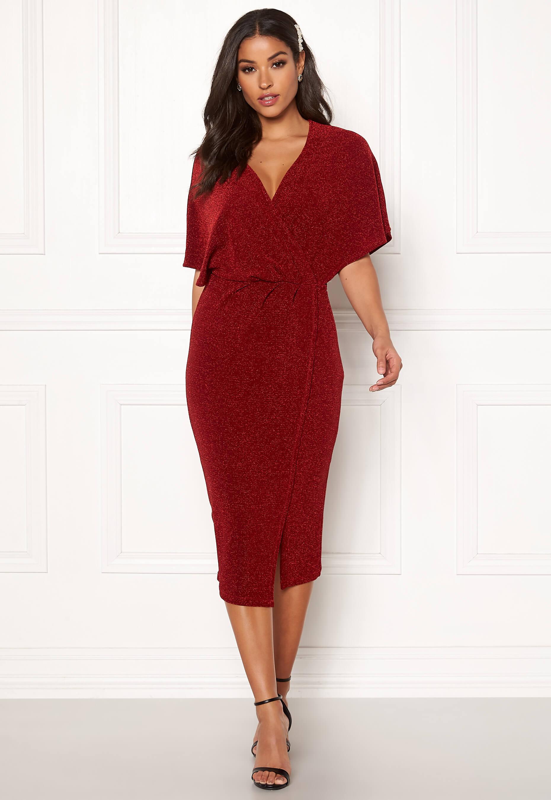 Röd glittrig midiklänning.