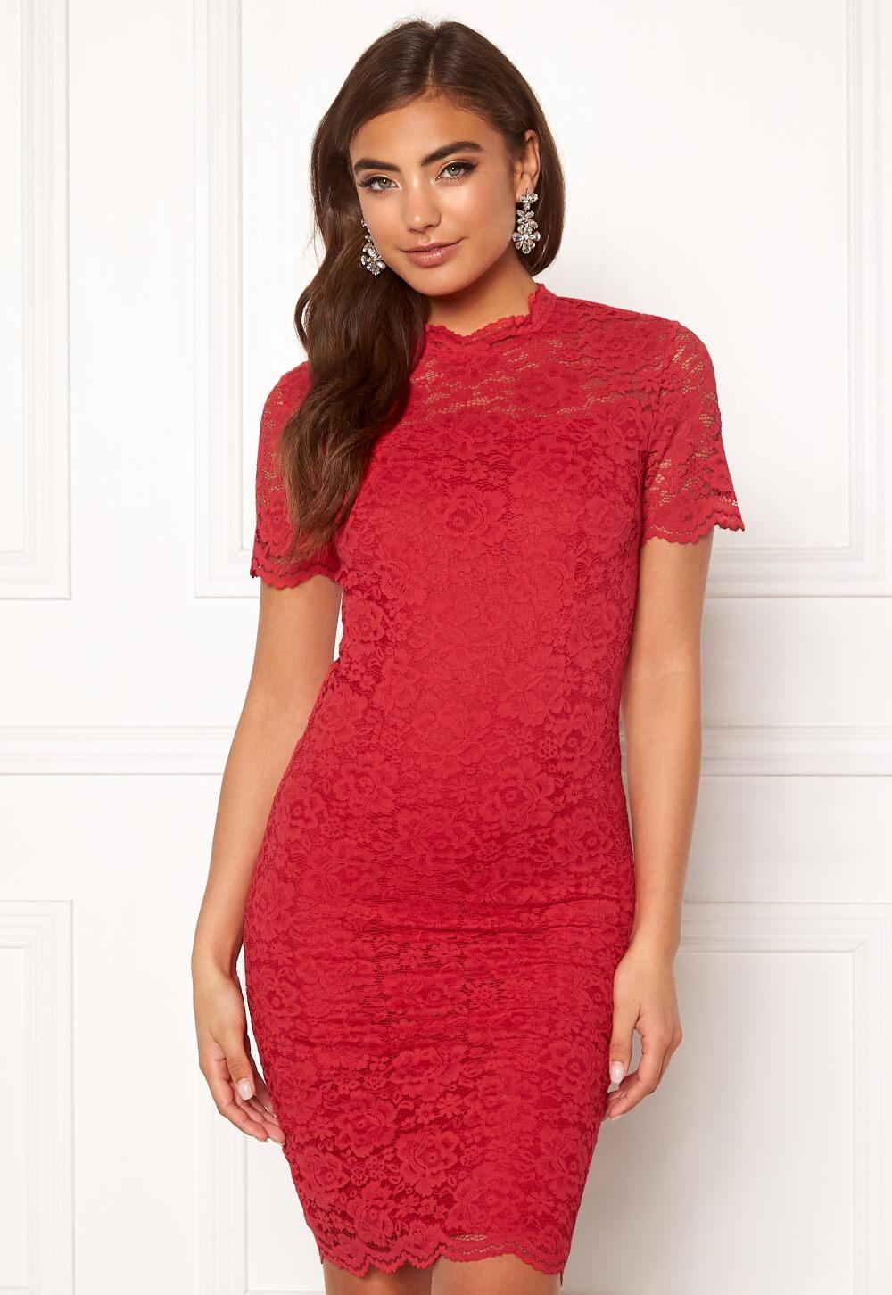 Röd tight klänning i midilängd.
