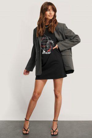 Monica Geuze x NA-KD T-Shirtklänning Med Tryck - Black