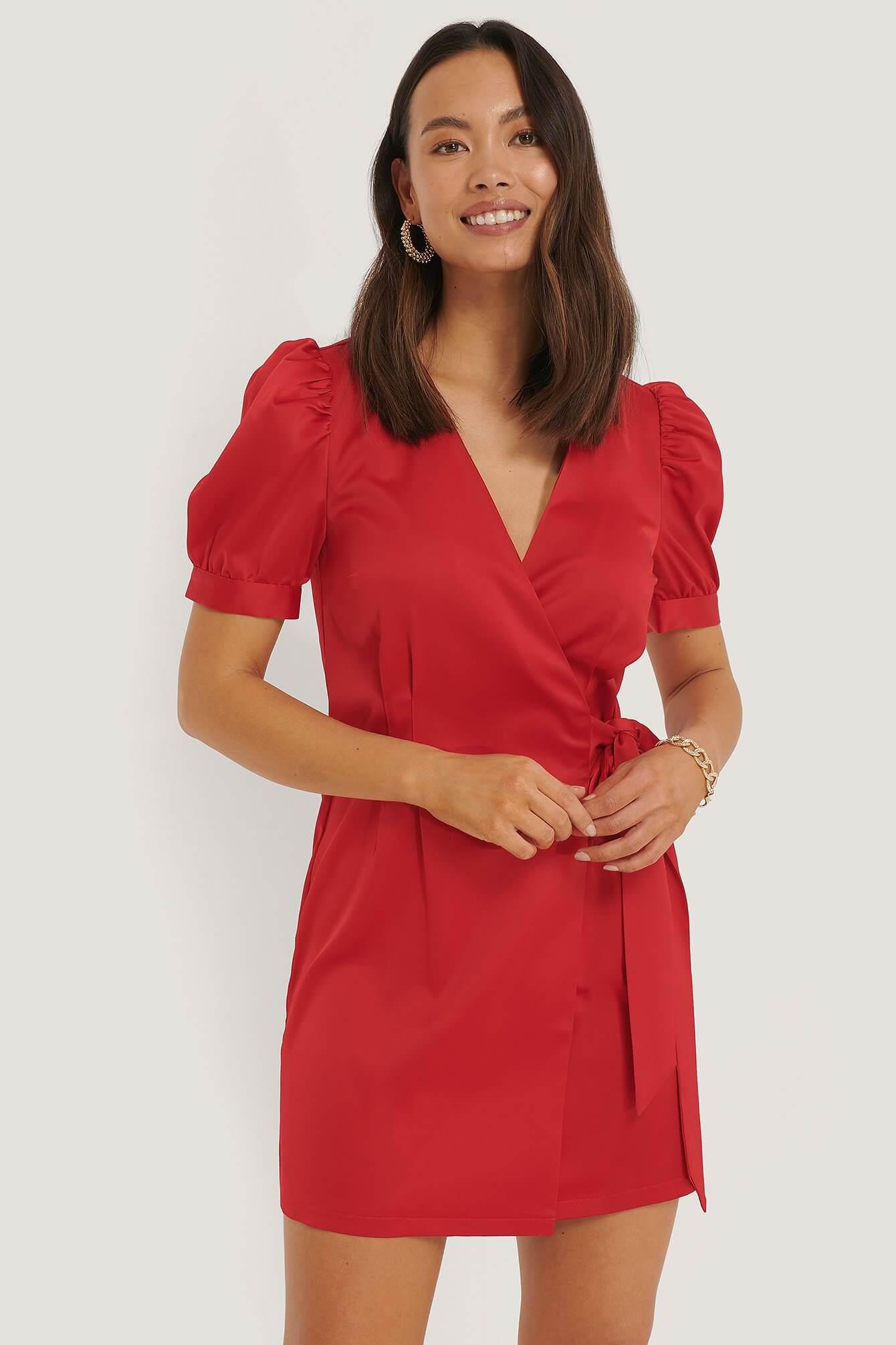 En kort röd klänning med puffärmar.