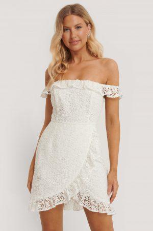 Pamela x NA-KD Reborn Recycled Omlottklänning I Spets I Off Shouldermodell - White
