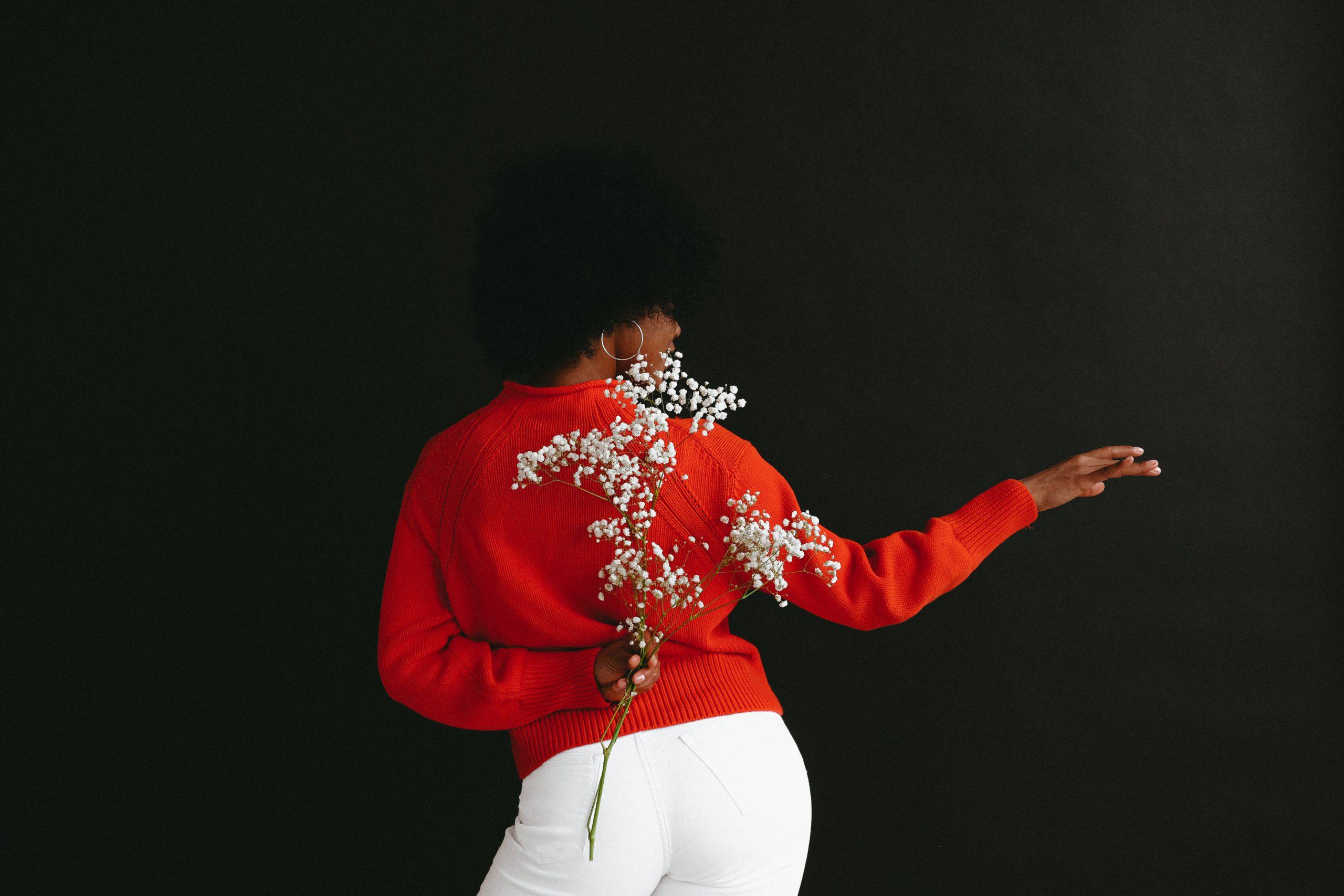 kvinna med röd jultröja