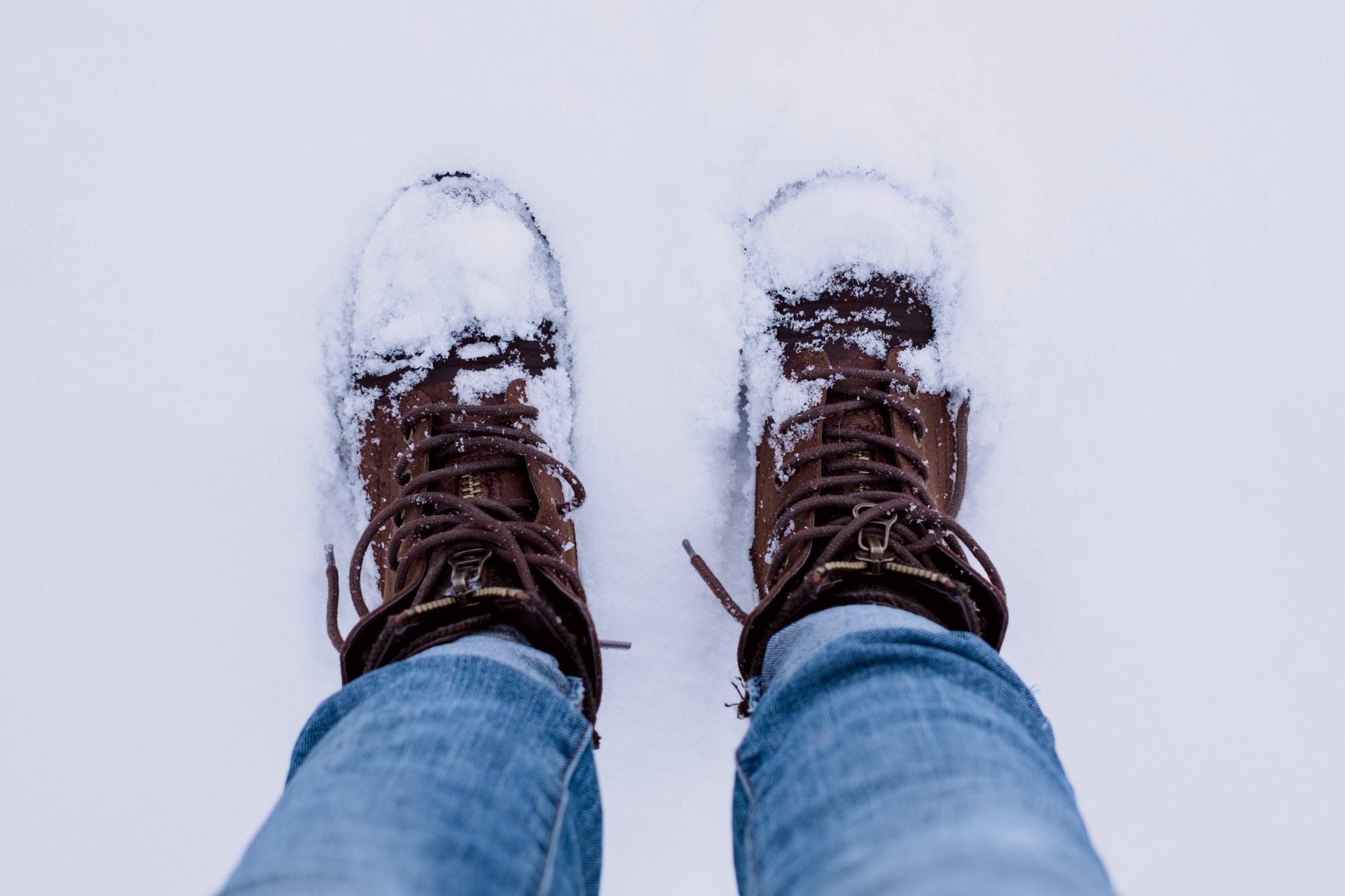 vinterkängor i snö