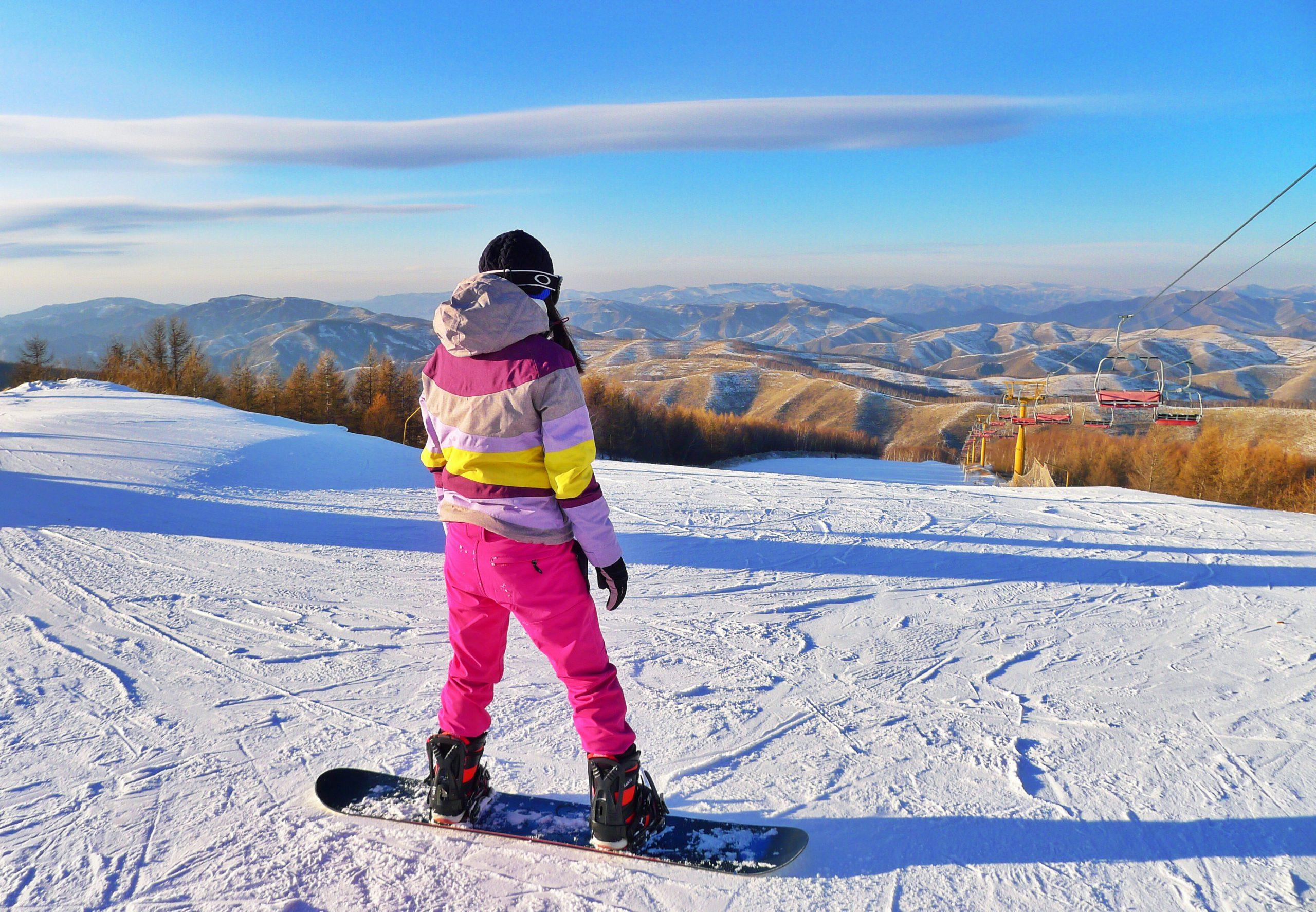 kvinna i rosa skidkläder i vinterlandskap