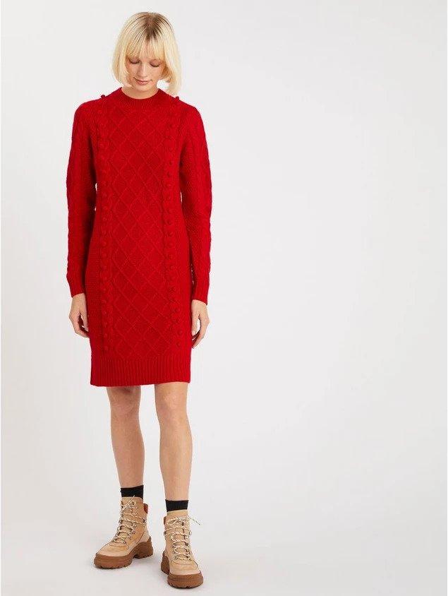 En röd kabelstickad klänning.