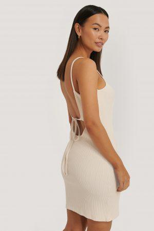 Sara Sieppi x NA-KD Ribbad Jerseyklänning Med Öppen Rygg - Beige